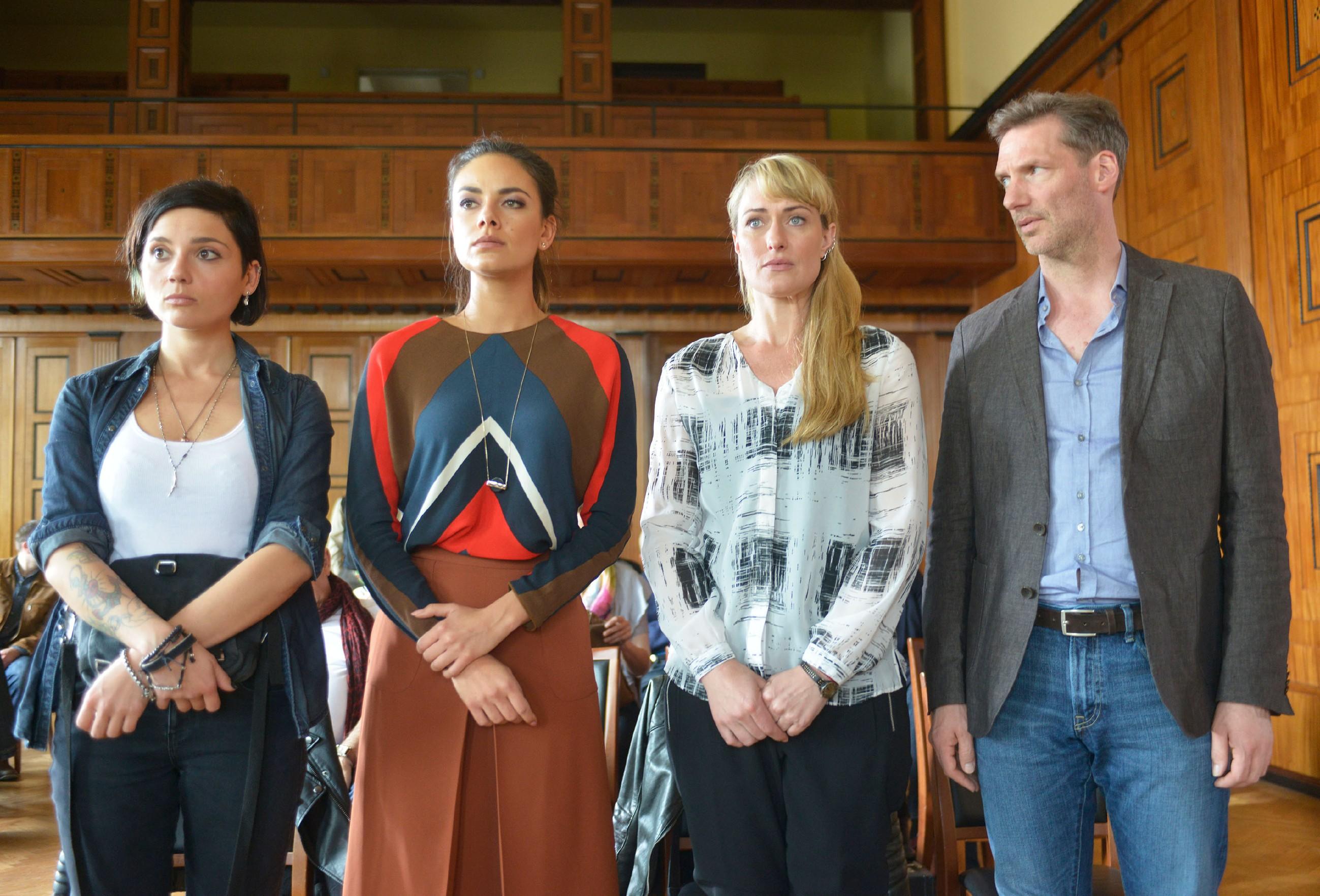 Anni (Linda Marlen Runge, l.), Jasmin (Janina Uhse, 2.v.l.), Maren (Eva Mona Rodekirchen) und Alexander (Clemens Löhr) erwarten das Urteil im Prozess gegen Katrin. (Quelle: RTL / Rolf Baumgartner)