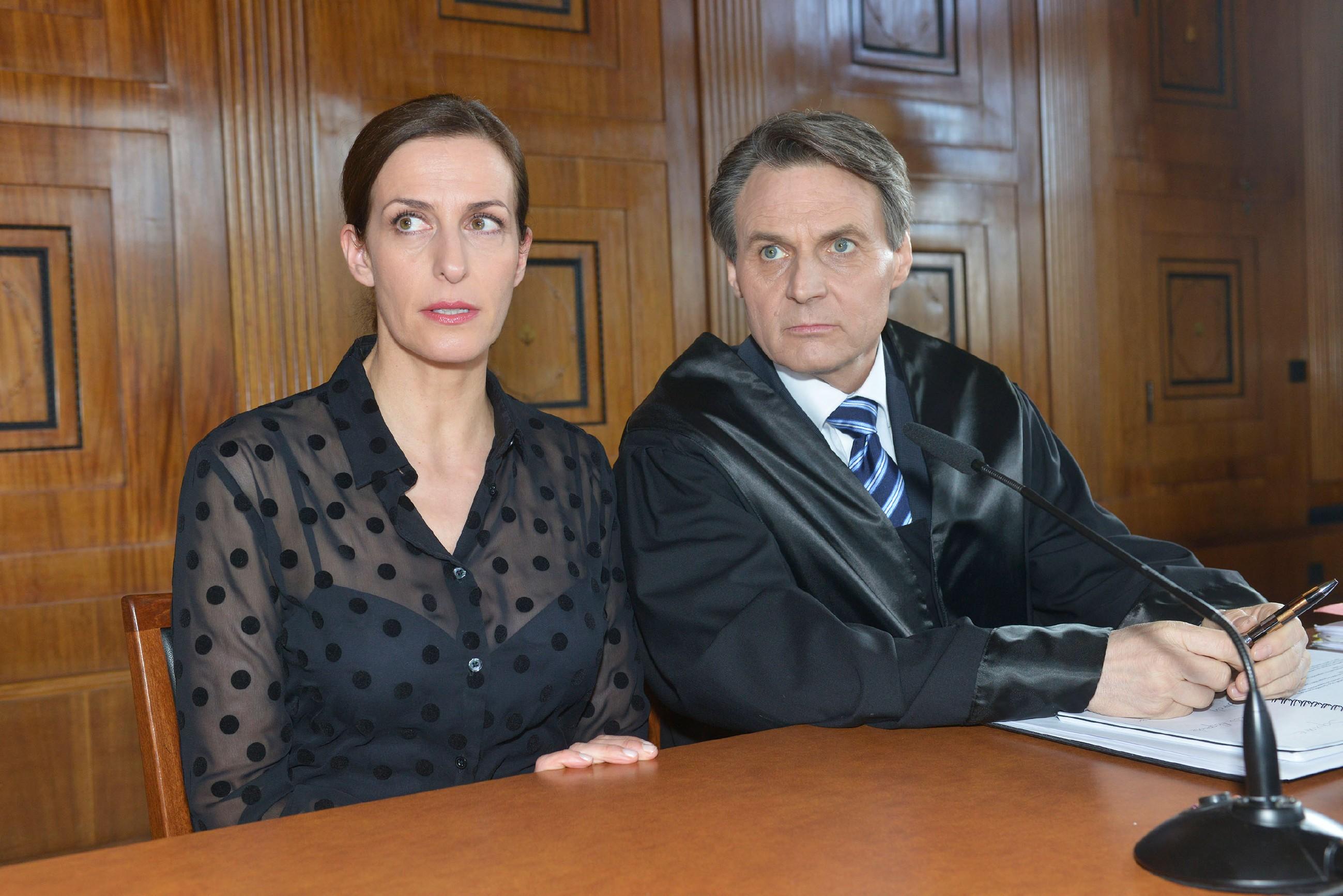Katrin (Ulrike Frank) und Gerner (Wolfgang Bahro) schöpfen Hoffnung für den weiteren Prozessverlauf, als Anni zu Katrins Gunsten aussagt. (Quelle: RTL / Rolf Baumgartner)