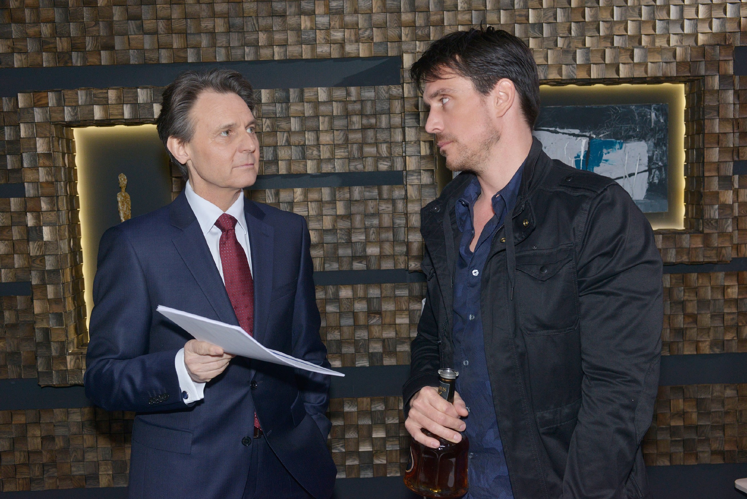 Gerner (Wolfgang Bahro, l.) macht David (Philipp Christopher) ein großzügiges Friedensangebot. (Quelle: RTL / Rolf Baumgartner)
