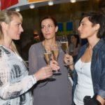 Maren (Eva Mona Rodekirchen, l.) und Katrin (Ulrike Frank, M.) treffen auf Anni (Linda Marlen Runge), und die drei stoßen auf das Ende ihres Albtraums an. (Quelle: RTL / Rolf Baumgartner)