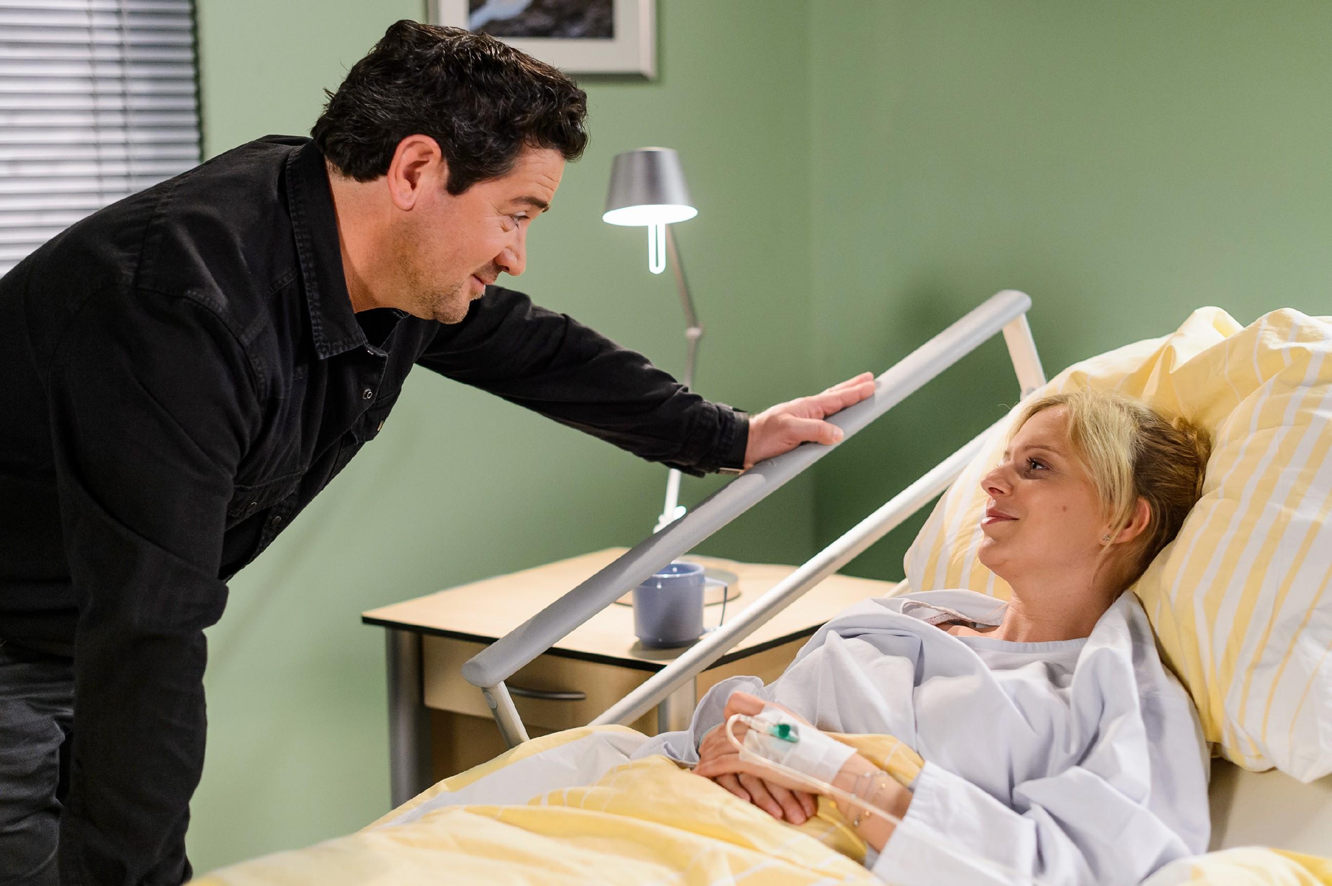 Marians (Sam Eisenstein) und Lenas (Juliette Greco) Eheprobleme geraten im Krankenhaus vorübergehend in Vergessenheit. (Quelle: RTL / Willi Weber)