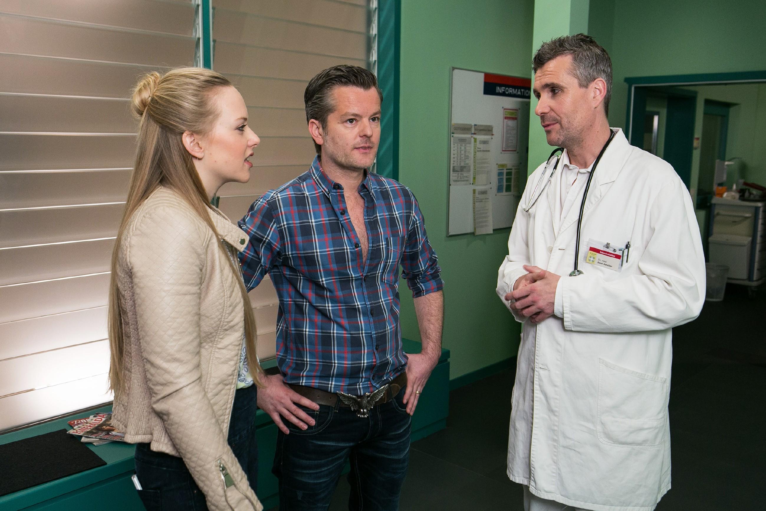 Marie (Judith Neumann) hofft, dass sie und Ingo (André Dietz) von Dr. Junkers (Harald Schwaiger, r.) endlich über Thomas' Gesundheitszustand aufgeklärt werden. (Quelle: RTL / Kai Schulz)