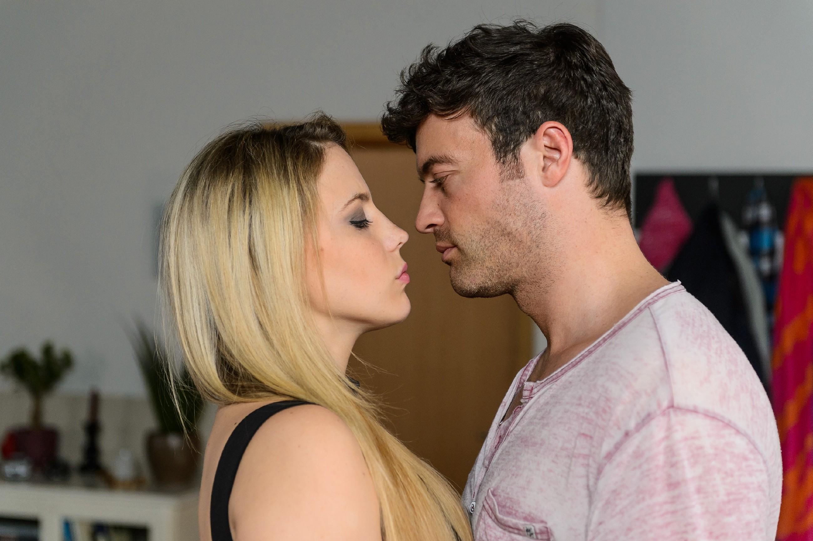 Ben (Jörg Rohde) lässt sich ein letztes Mal von Iva (Christina Klein) verführen... (Quelle: RTL / Willi Weber)