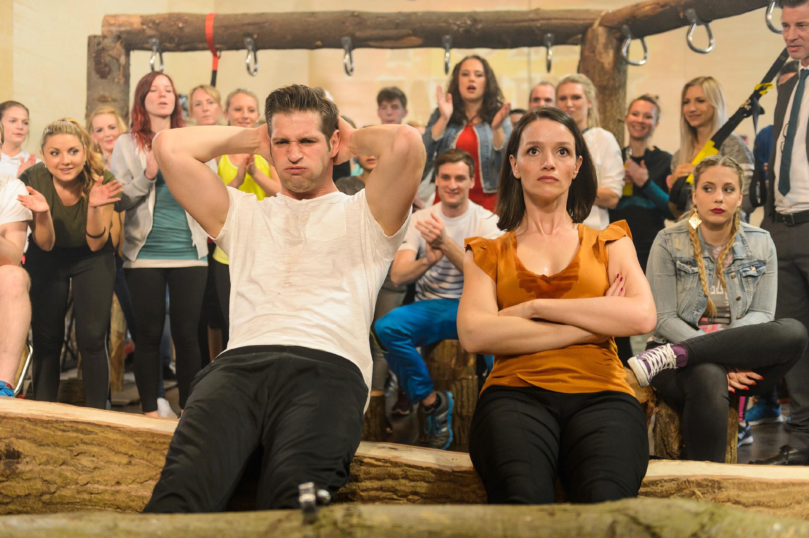 Jenny (Kaja Schmidt-Tychsen, vorne r.) überrascht Deniz (Igor Dolgatschew, vorne l.) bei ihrem privaten Sport-Duell mit ihrer ausserordentlichen Fitness und beweist damit, dass sie nicht einfach zu besiegen ist. (Quelle: RTL / Willi Weber)