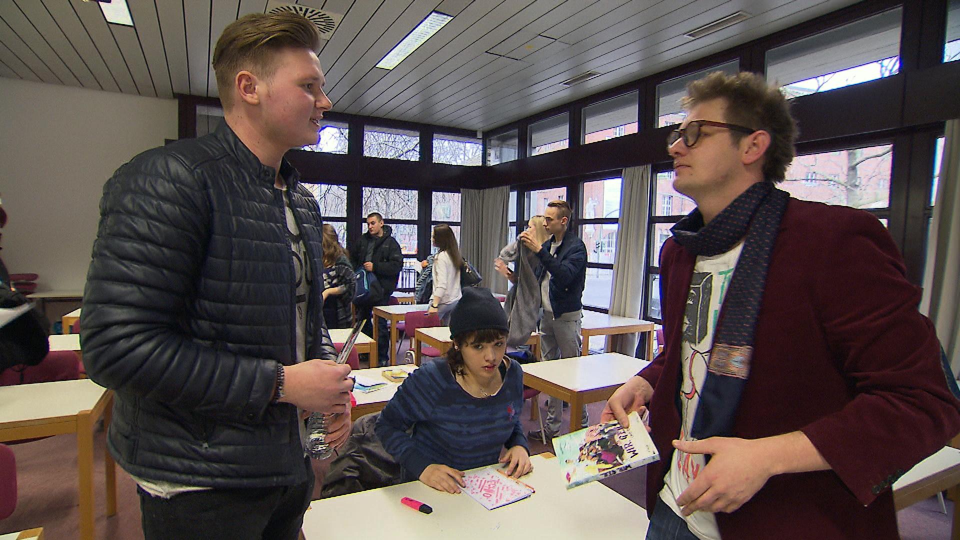 Ole, re., mischt sich in Aylins,Mi., Schulprojekt ein. v.li.n.re.: Lutz, Aylin, Ole (Quelle: RTL 2)