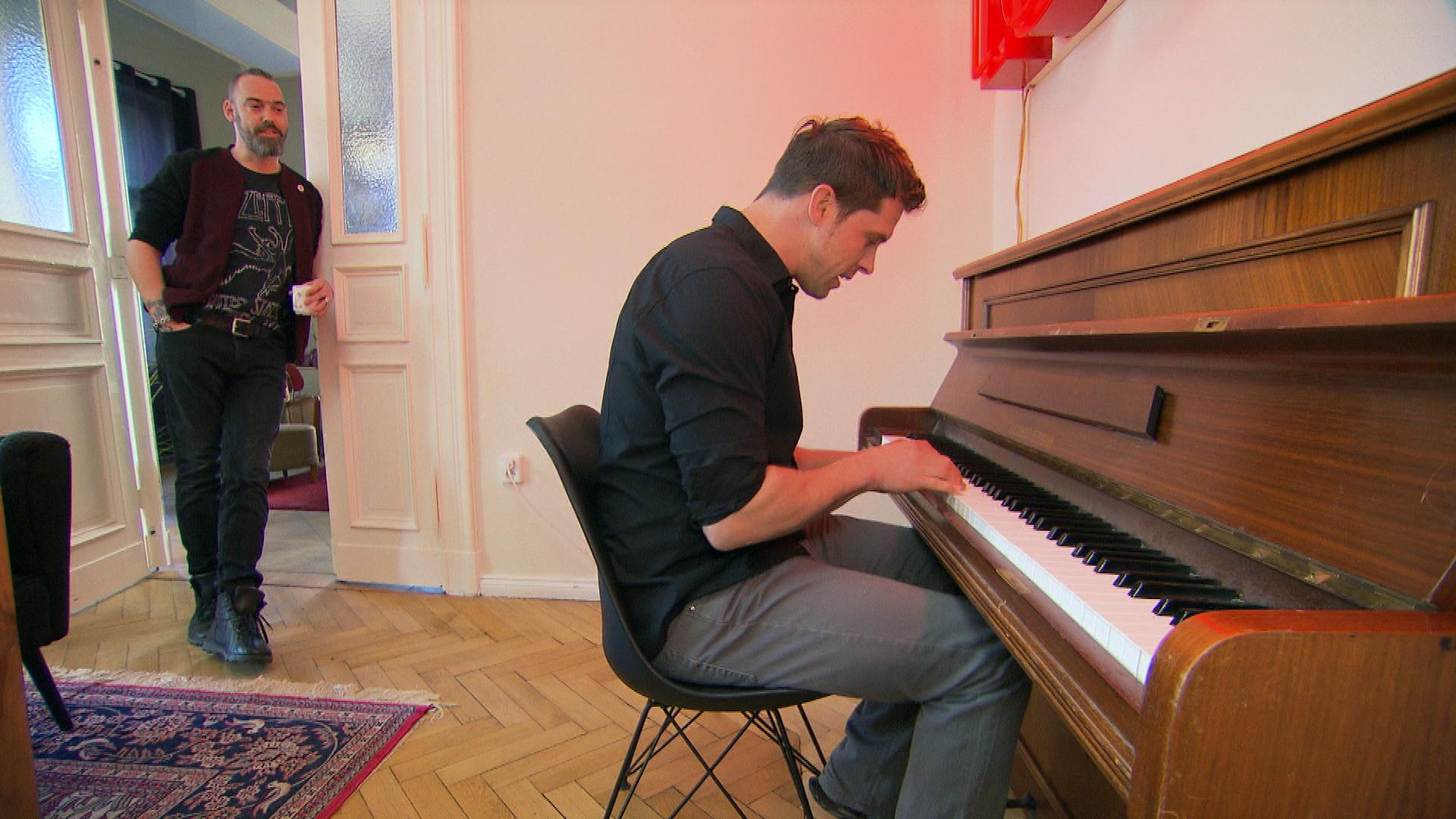 Basti,re. ergattert bei einem Umzug in der Nachbarschaft ein Klavier und übt ein Musikstück ein – sehr zum Missfallen von Theo,li.… (Quelle: RTL 2)