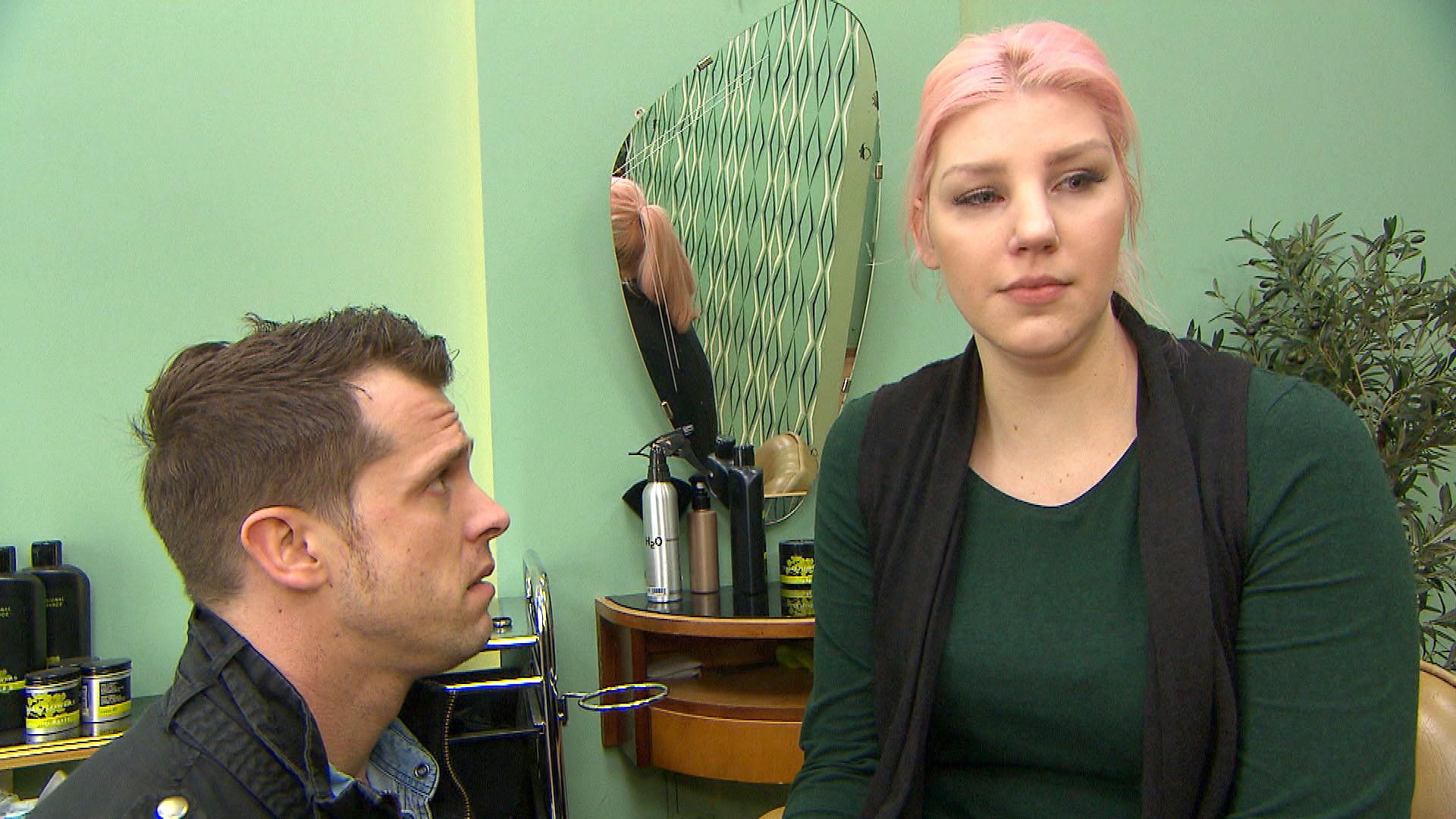 Als Bast,li.i erfährt, dass Paula,re. bereits mit (Theo) über ihre Pleite geredet hat, aber nicht mit ihm, ist er tief getroffen. (Quelle: RTL 2)