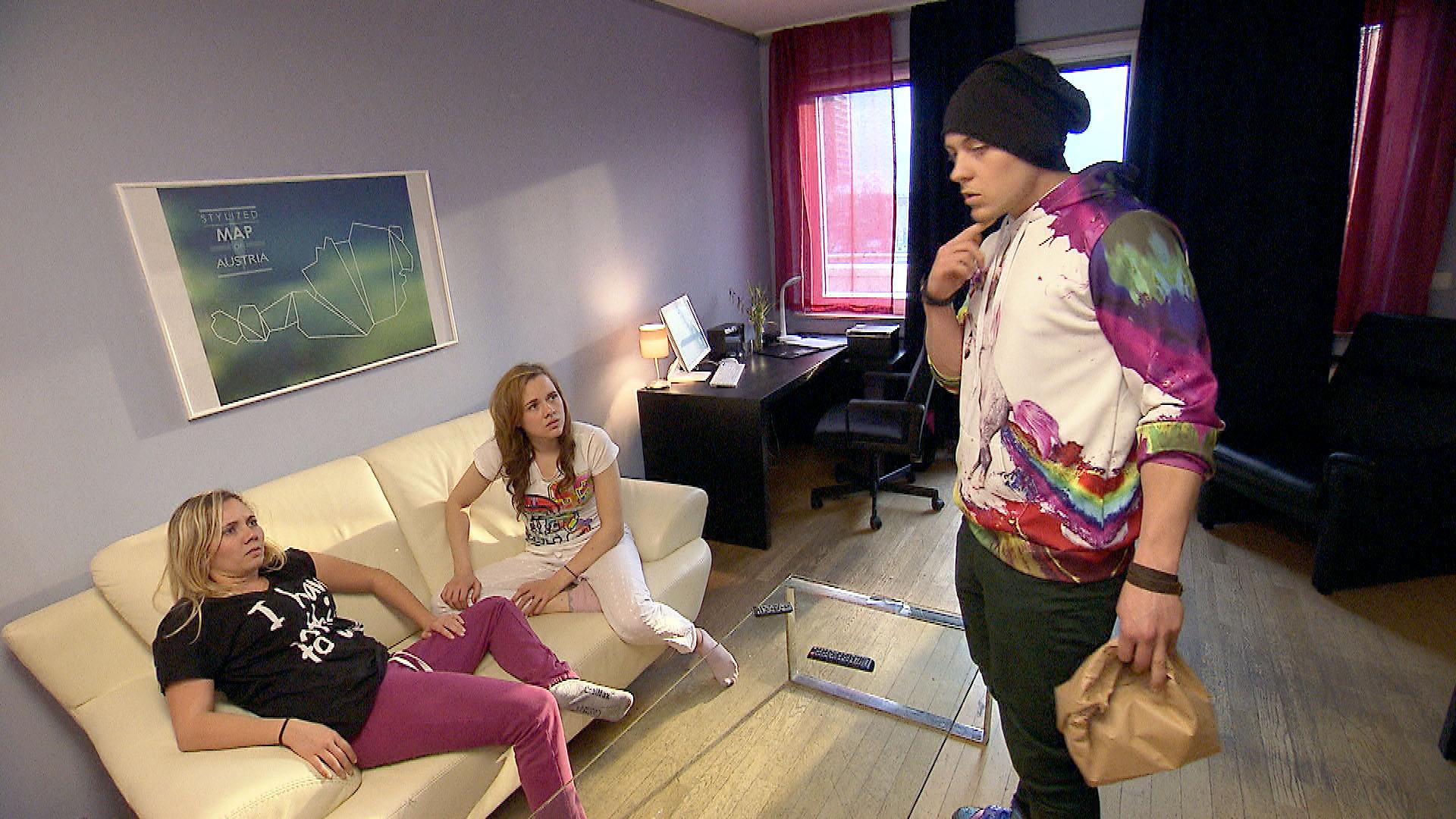 Kevin,re. bekommt Angst, als er Chanta,li. und Anna,Mi. belauscht und zu verstehen glaubt, dass Chantal ihre Beziehung in Frage stellt. (Quelle: RTL 2)