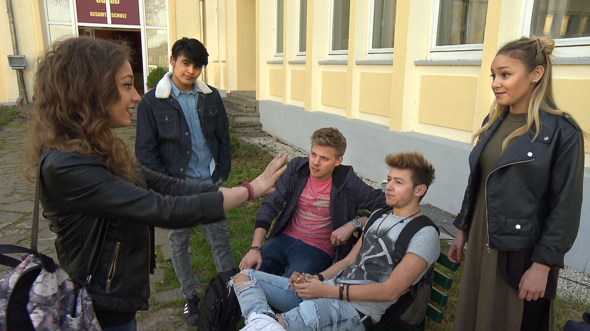 Elli,li. ist genervt, als sie von Paul erfährt, dass er sich noch nicht um eine Band für das Schul-Sommerfest gekümmert hat. v.l.n.r.: Elli, Yannick, Paul, Rafa,Lina. (Quelle: RTL 2)