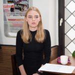 Obwohl Jule und Irene sich um Fiona (Olivia Burkhart) kümmern, fühlt diese sich nach Rolfs Tod sehr alleine. (Quelle: RTL / Stefan Behrens)