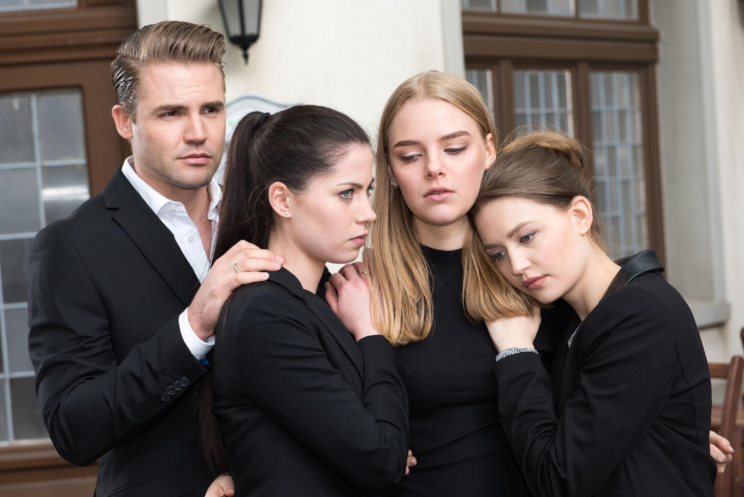 Bambi (Benjamin Heinrich), Sina (Valea Katharina Scalabrino, l.) und Jule (Amrei Haardt) weichen Fiona (Olivia Burkhart) am Tag der Bestattung nicht von der Seite und versuchen ihr Halt zu geben. (Quelle: RTL / Stefan Behrens)