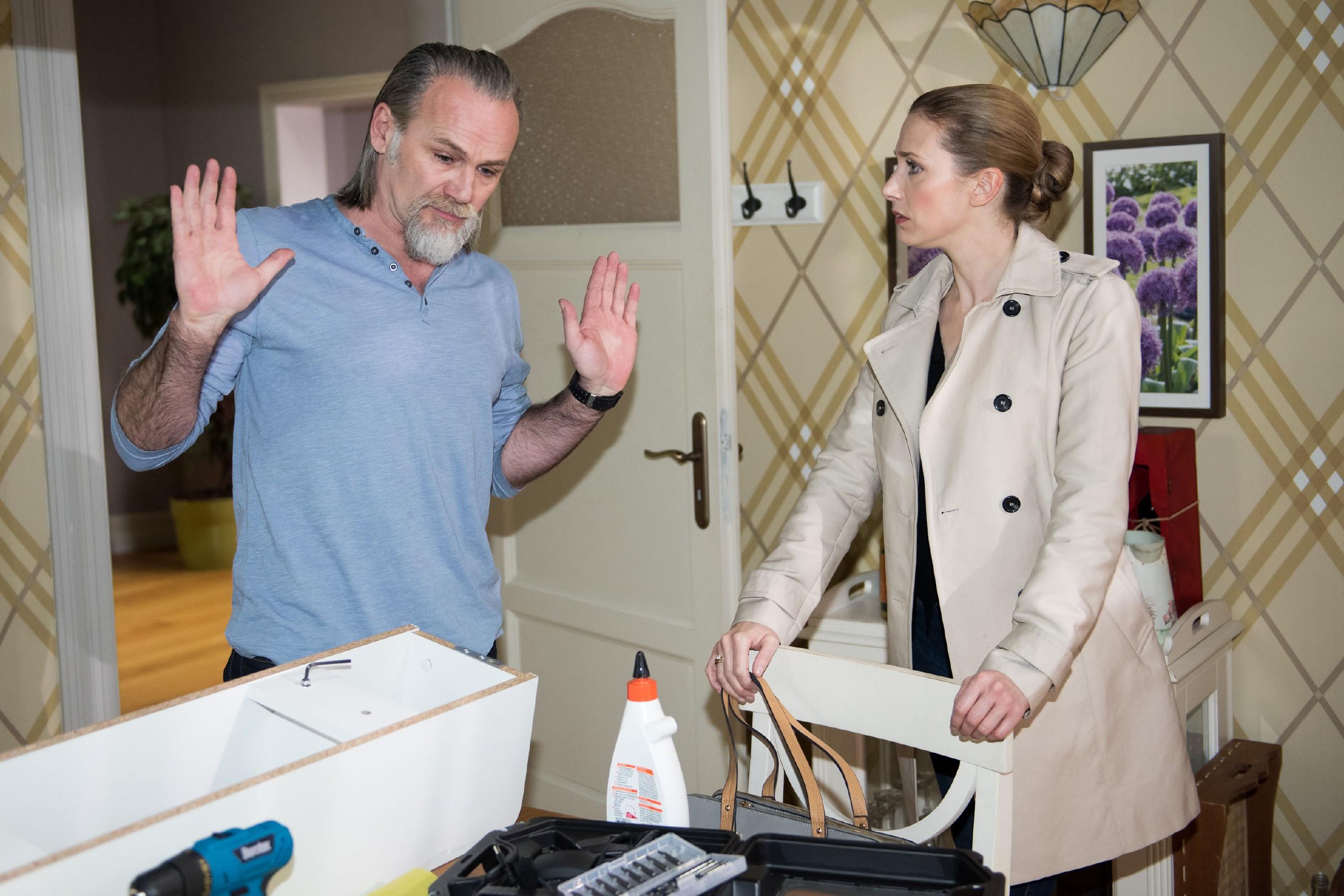 Robert (Luca Maric) muss sich schuldbewusst von Andrea (Kristin Meyer) vorwerfen lassen, Valentin in ihren Streit hineingezogen zu haben. (Quelle: RTL / Stefan Behrens)