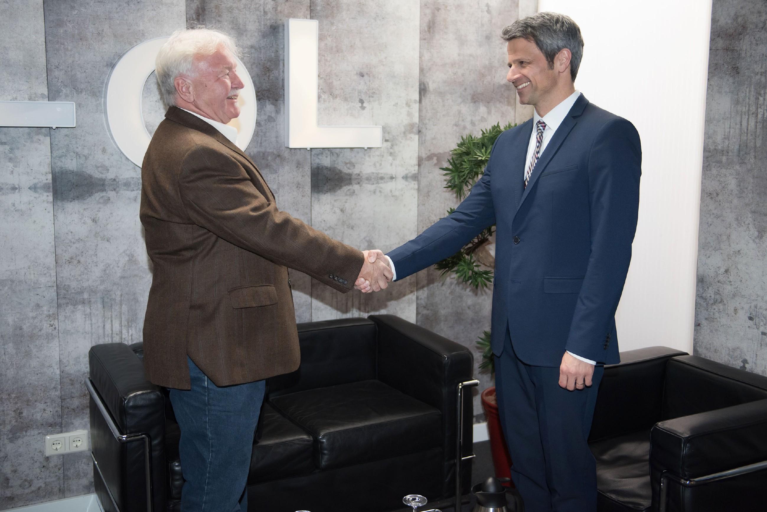 Benedikt (Jens Hajek, r.) drängt sich hinter Roberts Rücken in das Bauprojekt von Roberts Chef Werner Paffrath (Ludwig Hansmann) und schließt einen Deal mit ihm ab. (Quelle: RTL / Stefan Behrens)