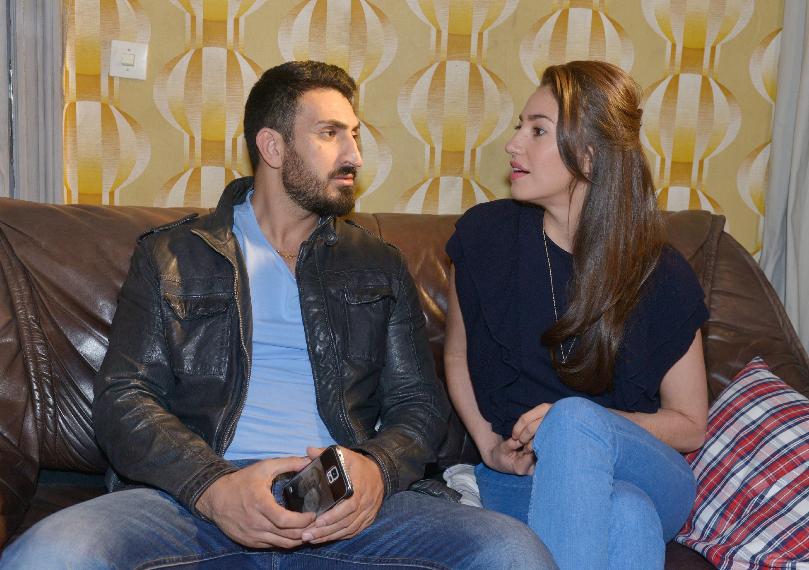 Mesut (Mustafa Alin) findet Elena (Elena Garcia Gerlach) heiß und lädt sich selbst zu einem DVD-Abend mit ihr ein. Doch während sie in ihm nur einen Kumpel sieht, fährt Mesuts Fantasie Achterbahn. (Quelle: RTL / Rolf Baumgartner)