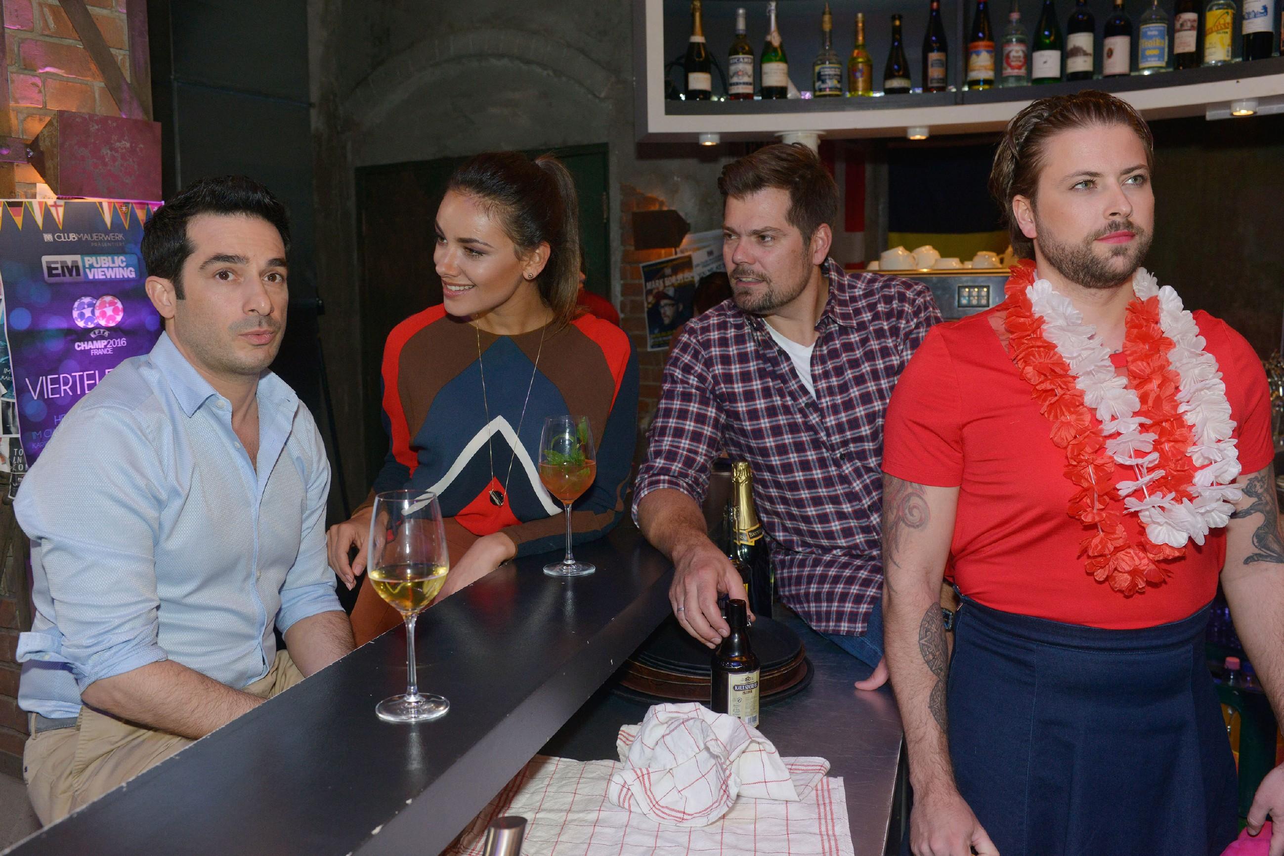 Während (v.r.) John (Felix von Jascheroff), Leon (Daniel Fehlow) und Jasmin (Janina Uhse) überrascht, doch direkt begeistert sind, verfolgt Tayfun (Tayfun Baydar) nahezu verwundert, wie Emily ihm einen Heiratsantrag macht. (Quelle: RTL / Rolf Baumgartner)
