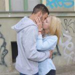 Amar (Thando Walbaum) und Lilly (Iris Mareike Steen) umarmen und küssen sich ein letztes Mal... (Quelle: RTL / Rolf Baumgartner)