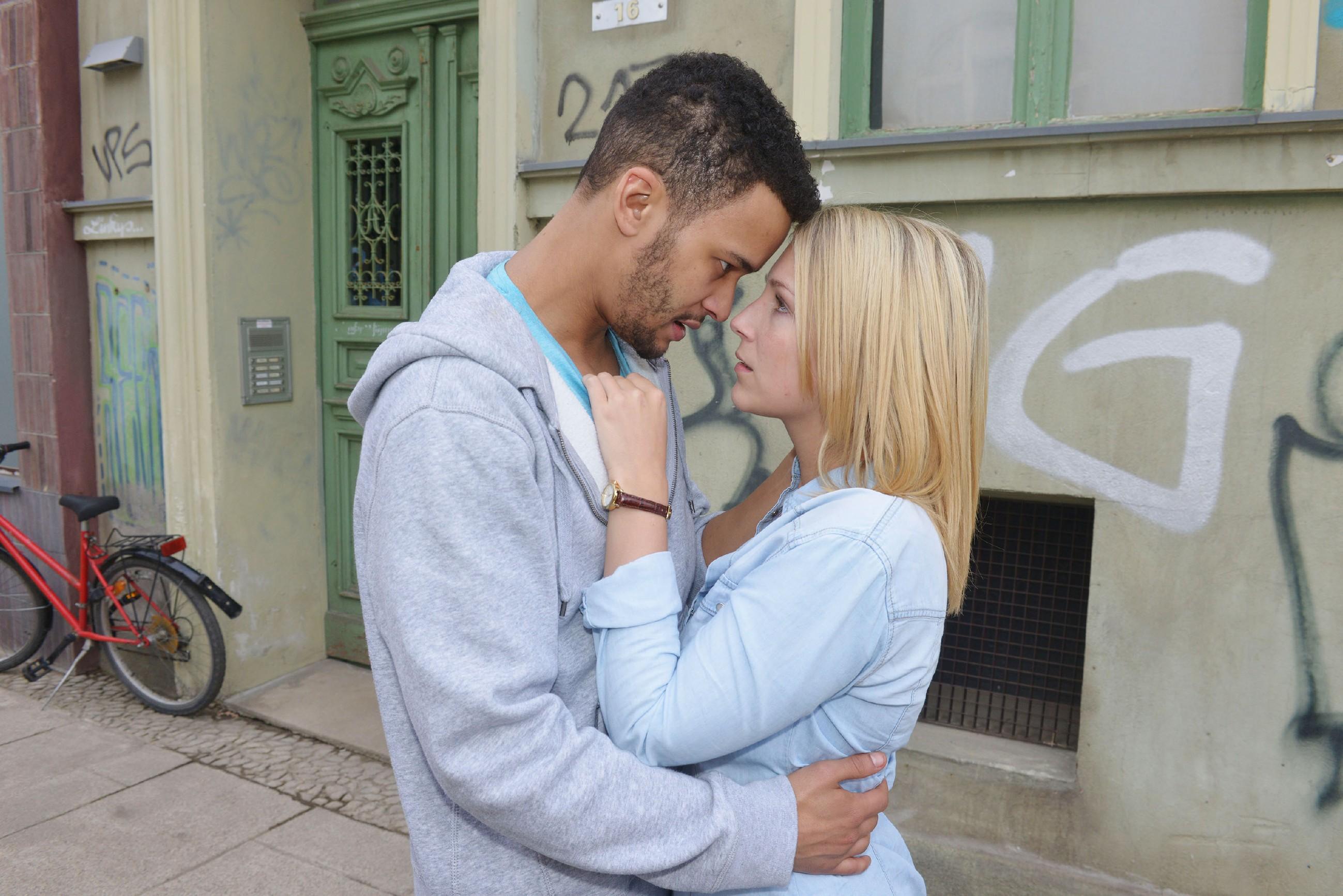 Amar (Thando Walbaum) und Lilly (Iris Mareike Steen) umarmen sich ein letztes Mal... (Quelle: RTL / Rolf Baumgartner)