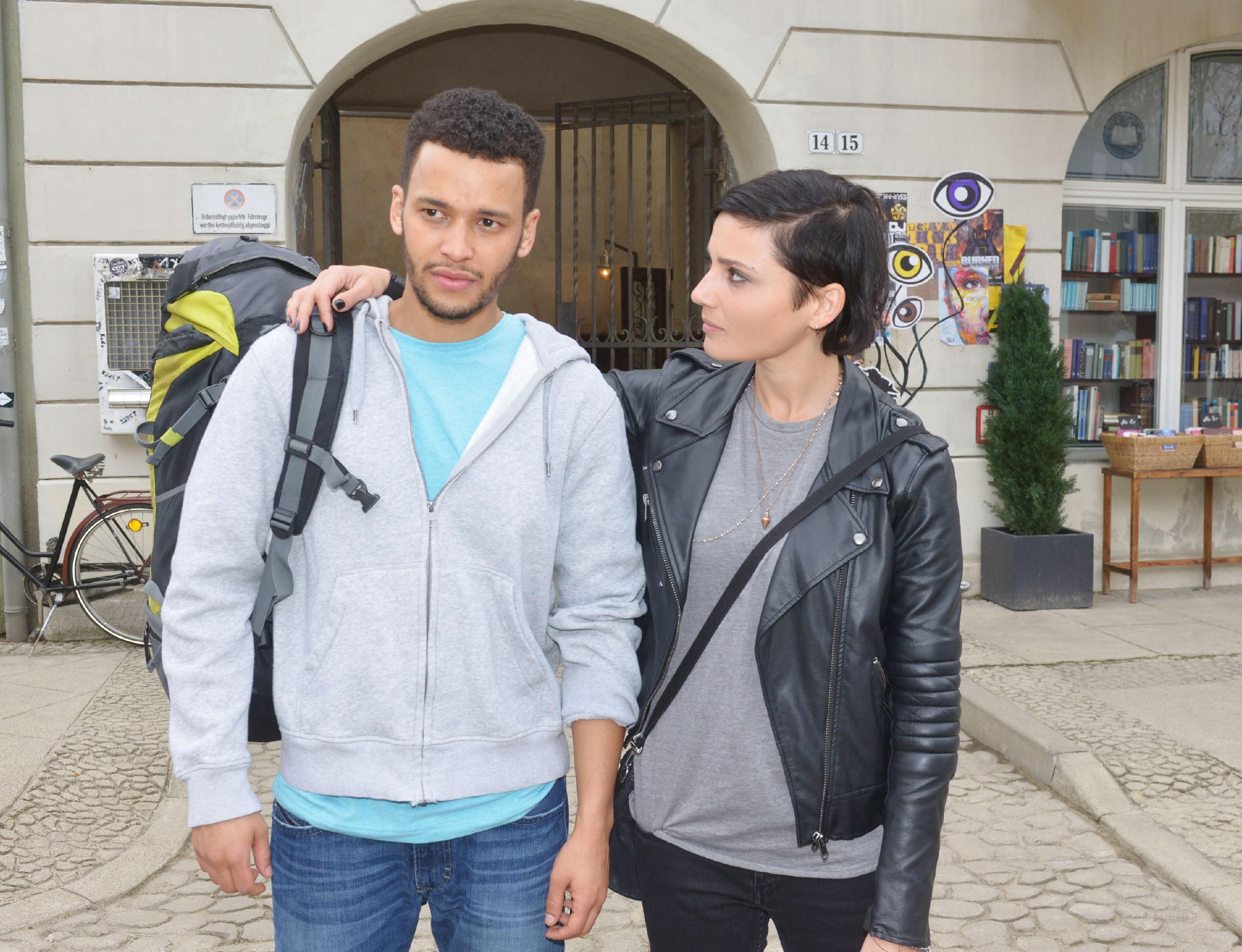 Auch Anni (Linda Marlen Runge) fällt der Abschied schwer, doch sie begleitet Amar (Thando Walbaum) für seine Abreise zum Flughafen. (Quelle: RTL / Rolf Baumgartner)