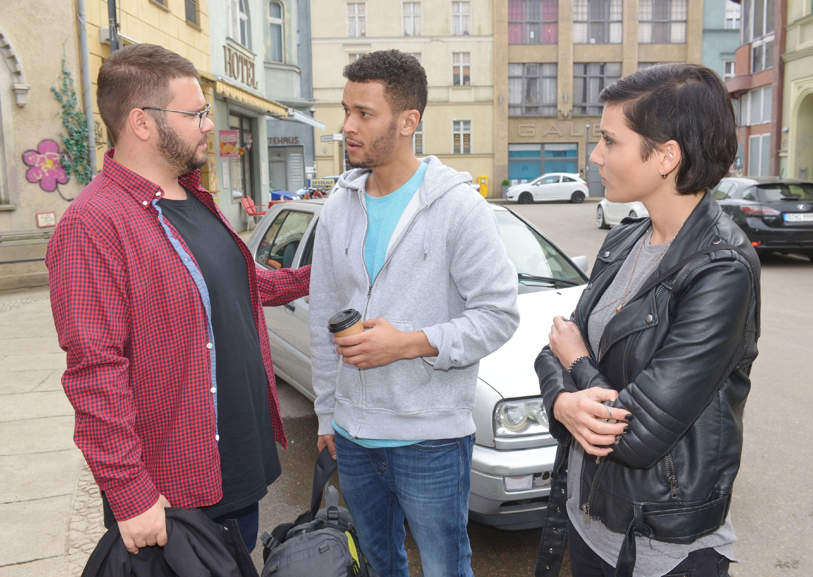 Tuner (Thomas Drechsel, l.) verabschiedet sich von Amar (Thando Walbaum), der von Anni (Linda Marlen Runge) zum Flughafen begleitet wird. (Quelle: RTL / Rolf Baumgartner)