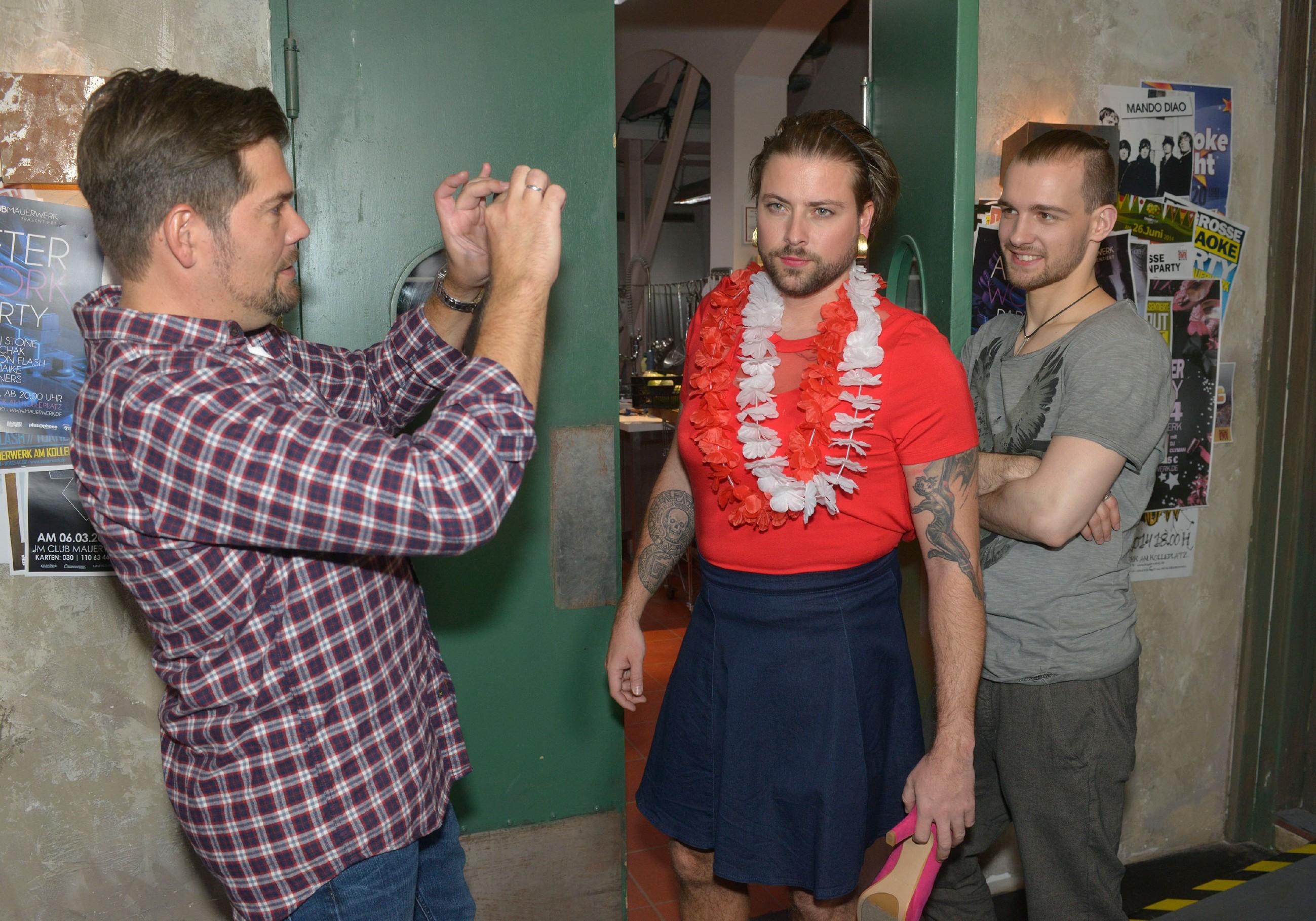 John (Felix von Jascheroff, M.) trägt vor Leon (Daniel Fehlow, l.) und Chris (Eric Stehfest) sein Schicksal mit Humor, als er seine Wettschuld begleichen und einen Tag in Frauenklamotten rumlaufen muss. (Quelle: RTL / Rolf Baumgartner)