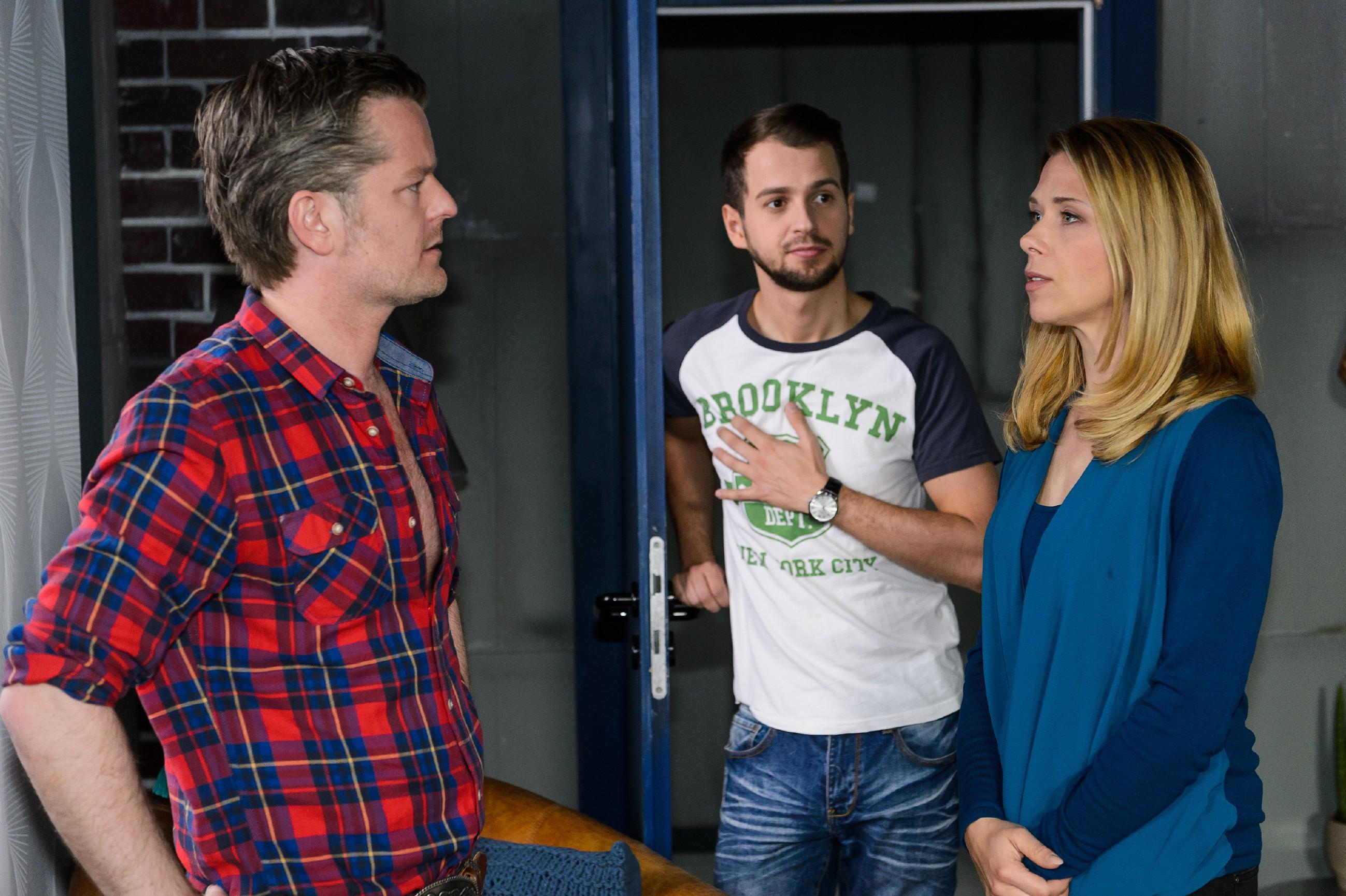 Als Tobi (Michael Jassin, M.) plötzlich in der Tür steht, versucht Diana (Tanja Szewczenko), trotz ihrer verletzten Gefühle, für Ingo (André Dietz) da zu sein. (Quelle: RTL / Willi Weber)