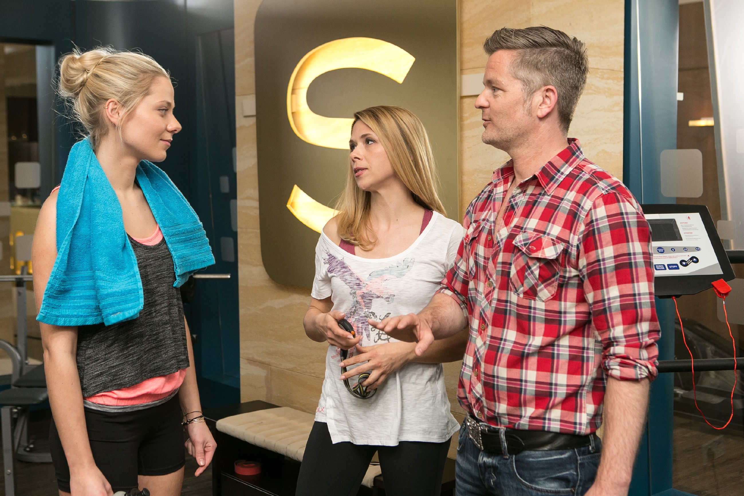 Marie (Cheyenne Pahde, l.) scheut keine Anstrengungen für ihren Traum und kündigt vor Diana (Tanja Szewczenko) und Ingo (André Dietz)an, hart trainieren zu wollen. (Quelle: RTL / Kai Schulz)