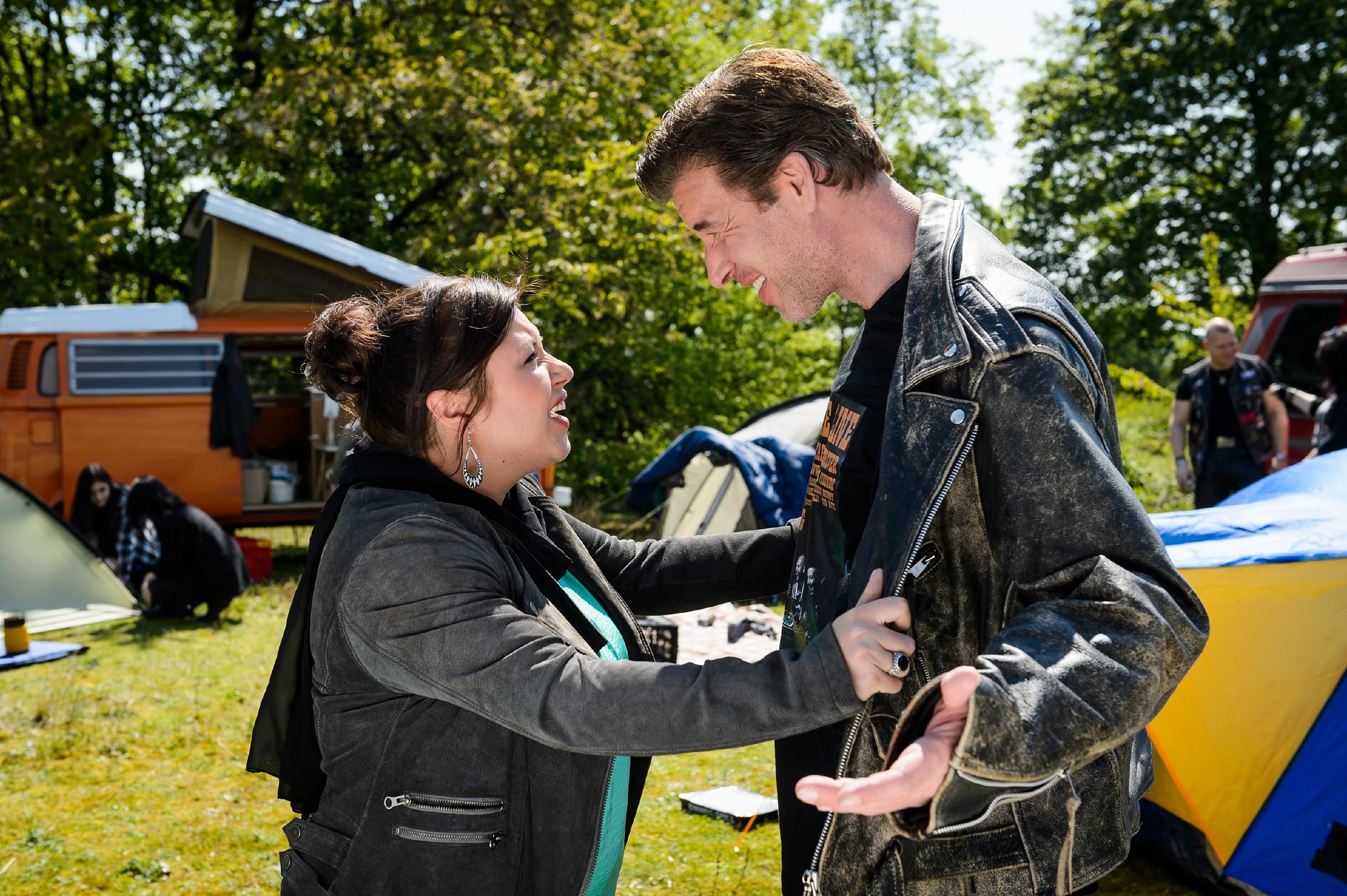 Vanessa (Julia Augustin) kann ihr Glück kaum fassen, als sie realisiert, was Christophs (Lars Korten) eigentliche Überraschung ist... (Quelle: RTL / Willi Weber)