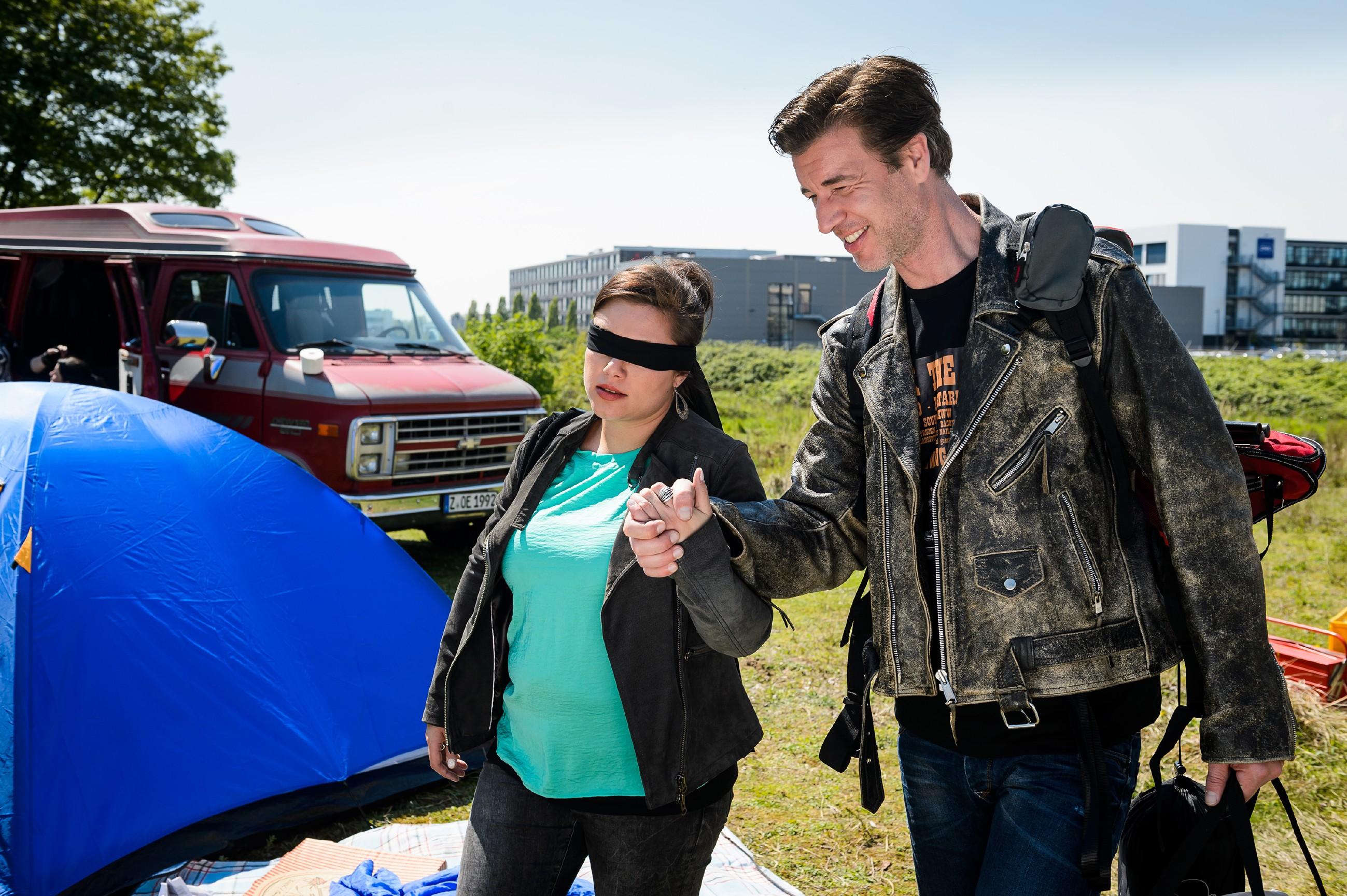 Christoph (Lars Korten) hat Vanessa (Julia Augustin) vom Flughafen aus auf ein Rockfestival entführt und will sie damit überraschen. Doch das soll nicht die einzige Überraschung bleiben... (Quelle: RTL / Willi Weber)