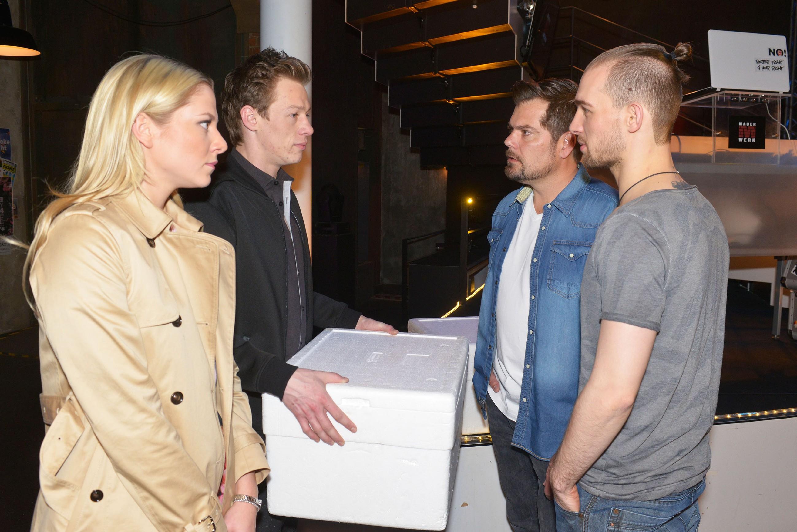 Vince (Vincent Krüger, 2.v.l.) tut es leid, dass er sich mit Sunny (Valentina Pahde) und Chris (Eric Stehfest, r.) verkracht hat, was Leon (Daniel Fehlow) beruhigt zur Kenntnis nimmt.