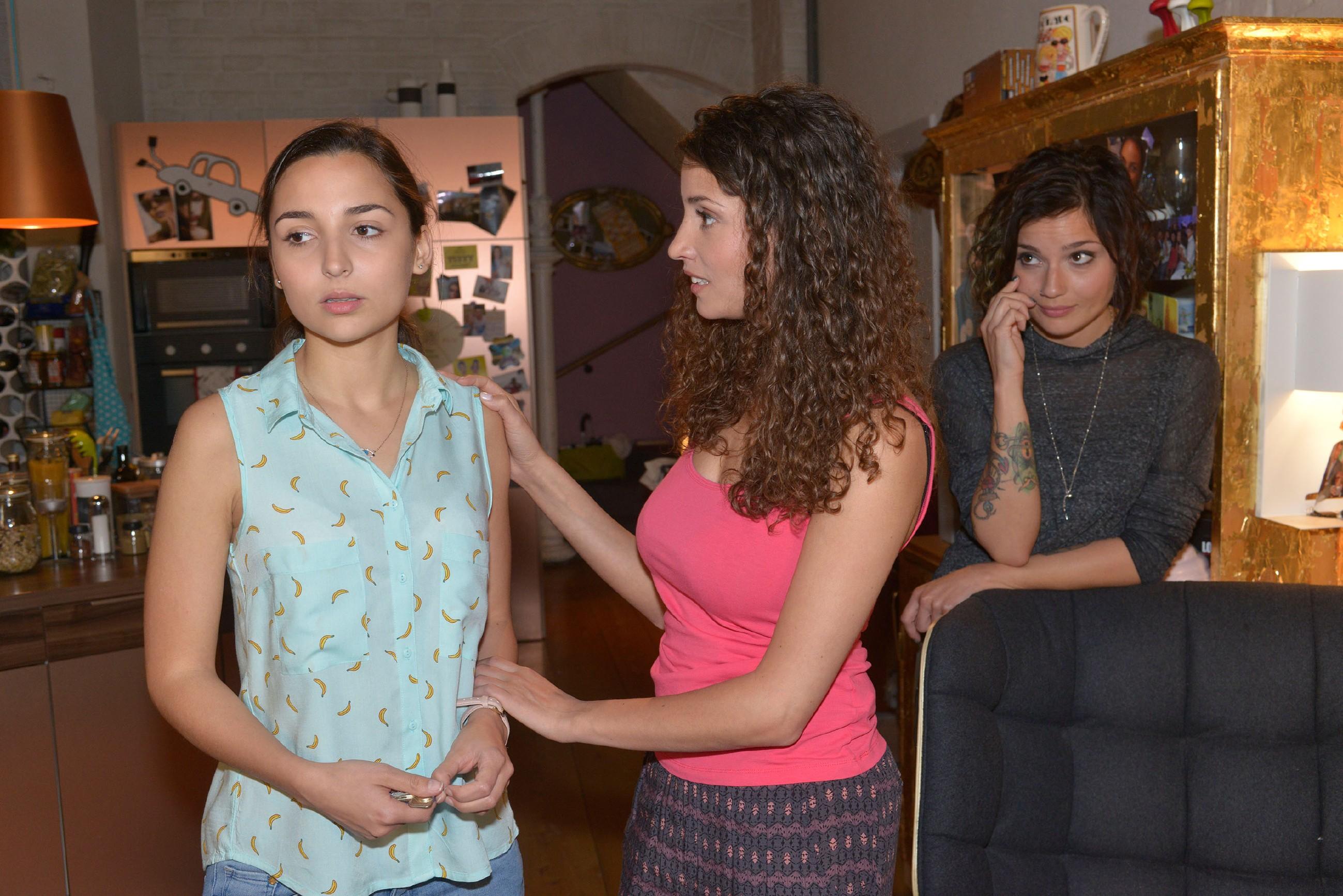 Anni (Linda Marlen Runge, r.) findet, dass Ayla (Nadine Menz, M.) Selma (Rona Özkan) viel zu sehr bemuttert. (Quelle: RTL / Rolf Baumgartner)