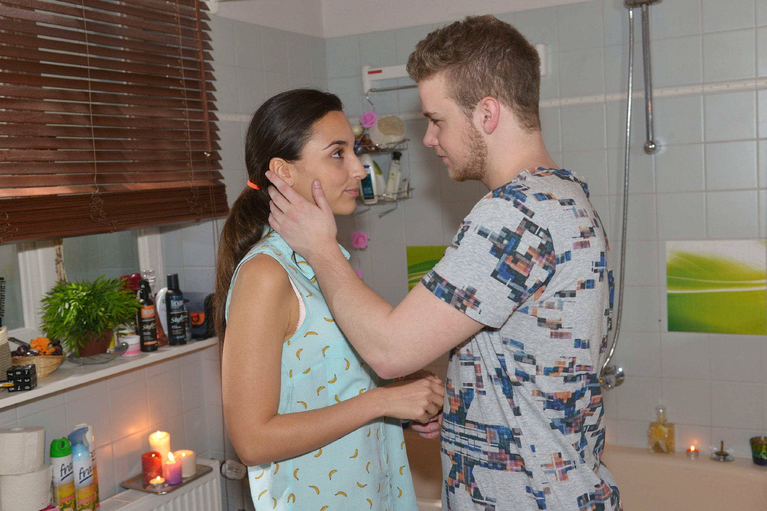 Jonas (Felix van Deventer) will Selma (Rona Özkan) nicht unter Druck setzen. (Quelle: RTL / Rolf Baumgartner)