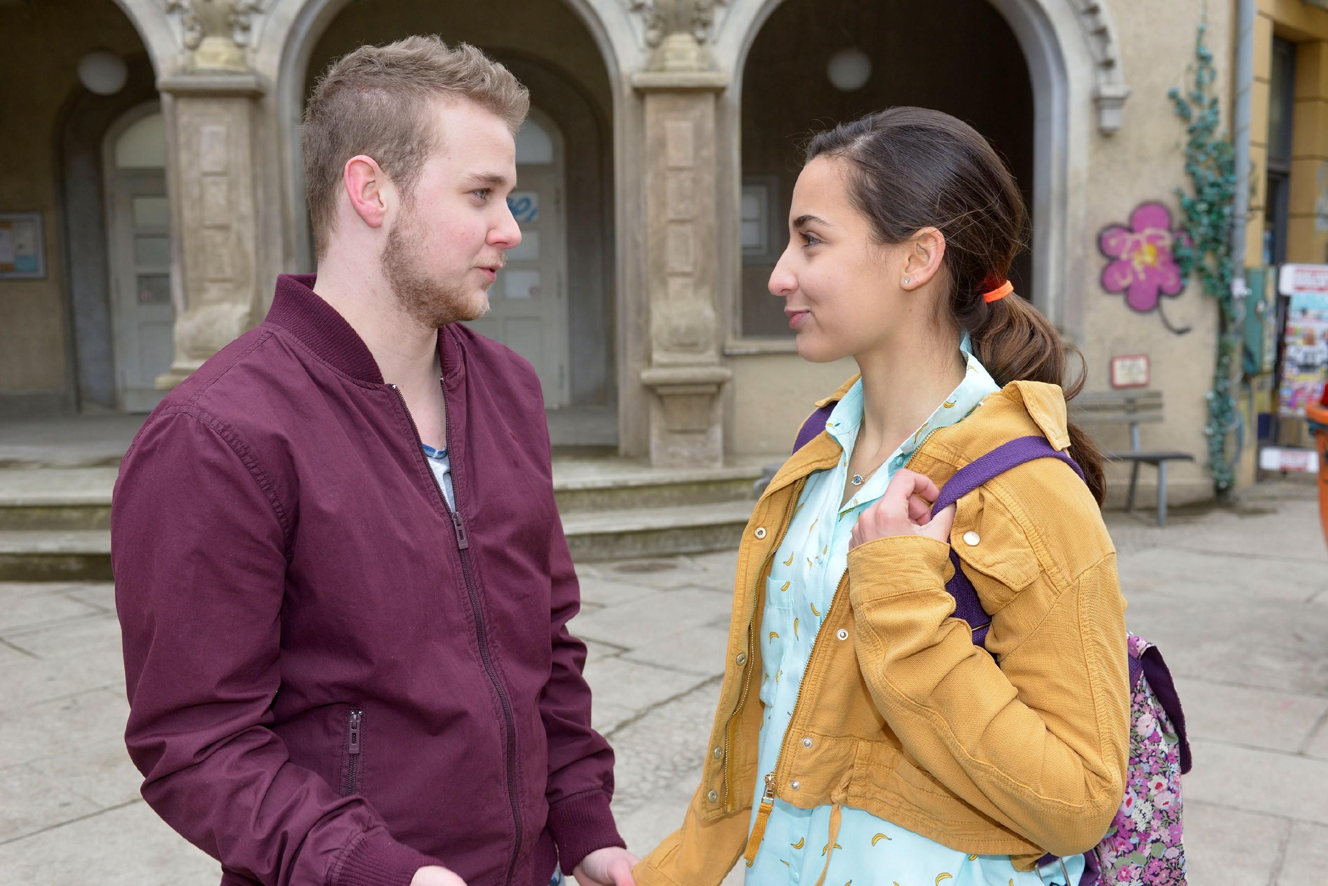 Jonas (Felix van Deventer) hat Verständnis, dass Selma (Rona Özkan) für das erste Mal noch nicht bereit ist. (Quelle: RTL / Rolf Baumgartner)
