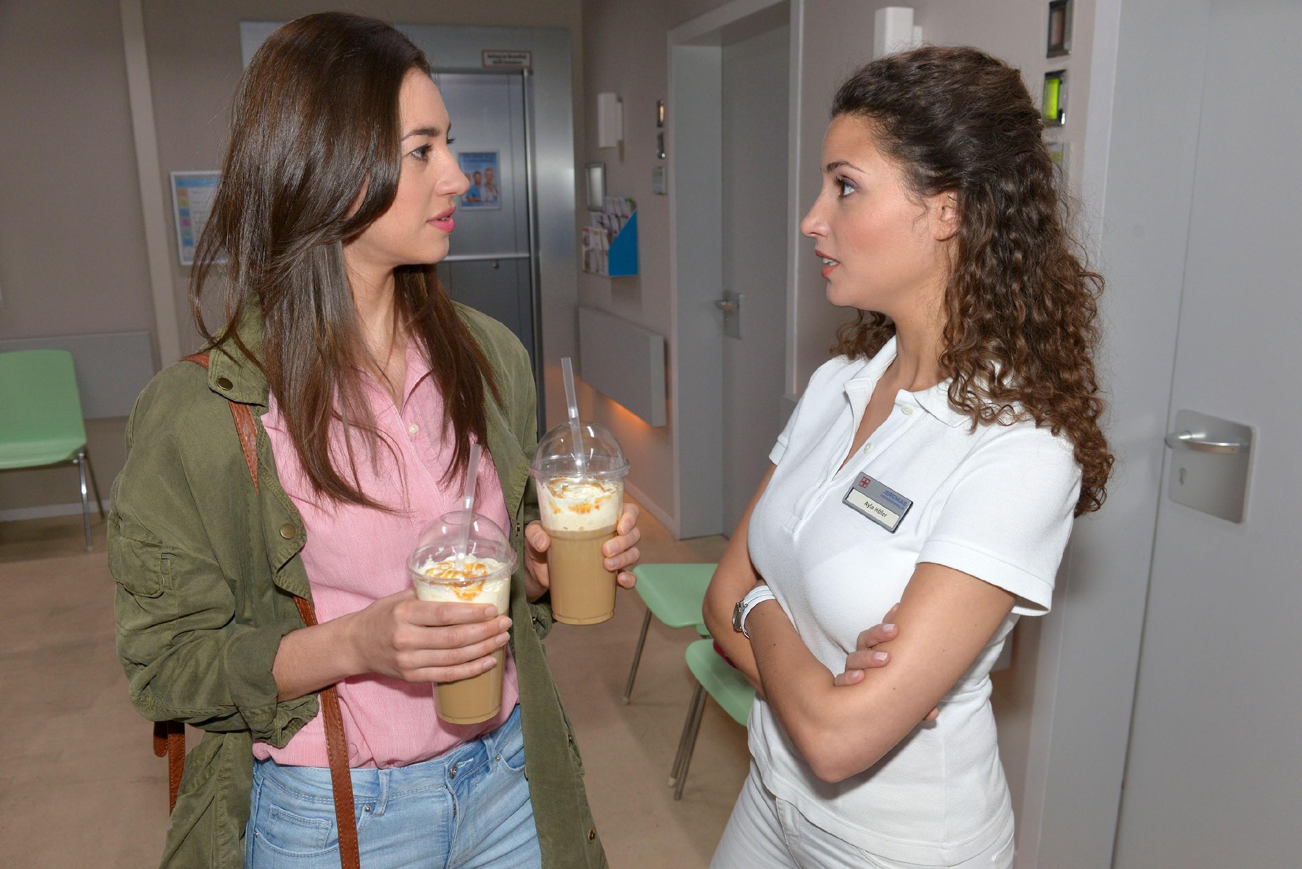 Ayla (Nadine Menz, r.) ist nervös, als sie nach Davids OP wieder seine Physiotherapie übernimmt und vertraut sich überfordert Elena (Elena Garcia Gerlach) an. (Quelle: RTL / Rolf Baumgartner)