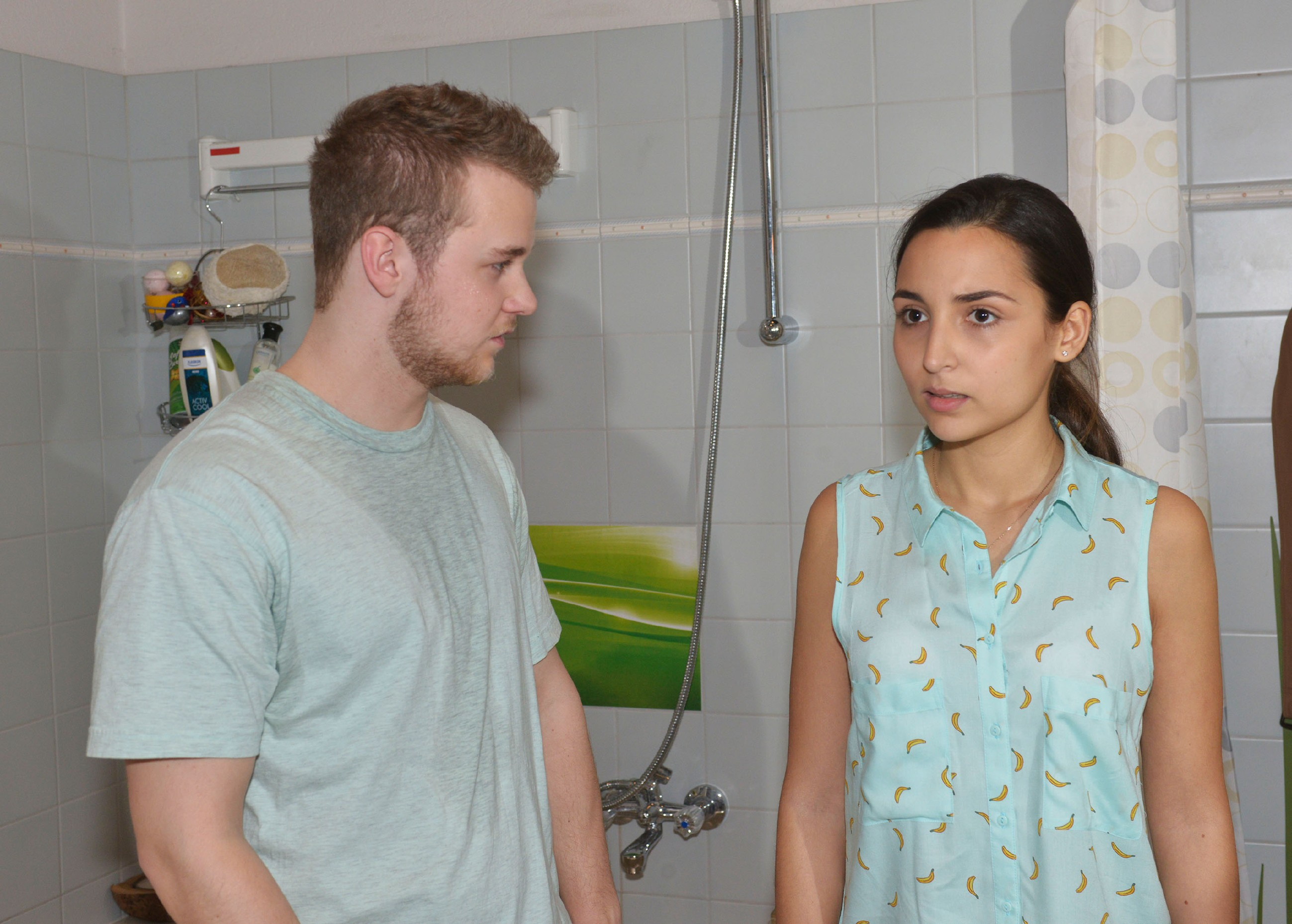 Selma (Rona Özkan) ist von der Nähe zu Jonas (Felix van Deventer) überfordert. Kann sie seine Erwartungen überhaupt erfüllen? (Quelle: RTL / Rolf Baumgartner)