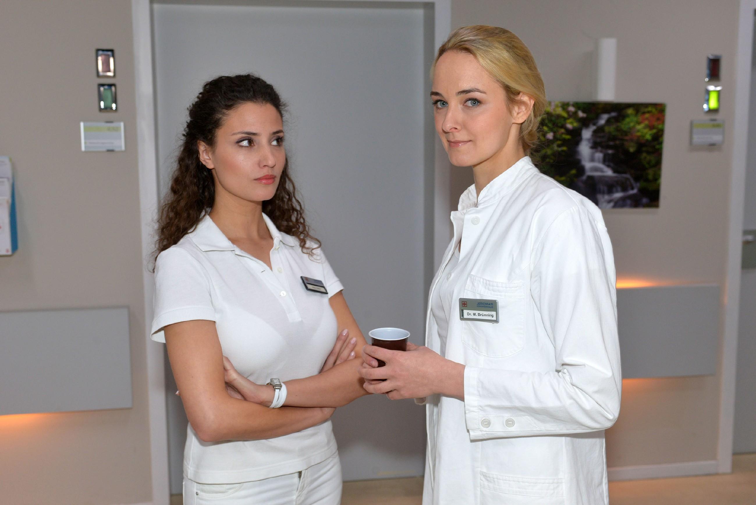 Als Ayla (Nadine Menz, l.) merkt, dass Maja (Anne Catrin Märzke) ein Auge auf David geworfen hat, kocht unerwartet Eifersucht in ihr hoch... (Quelle: RTL / Rolf Baumgartner)