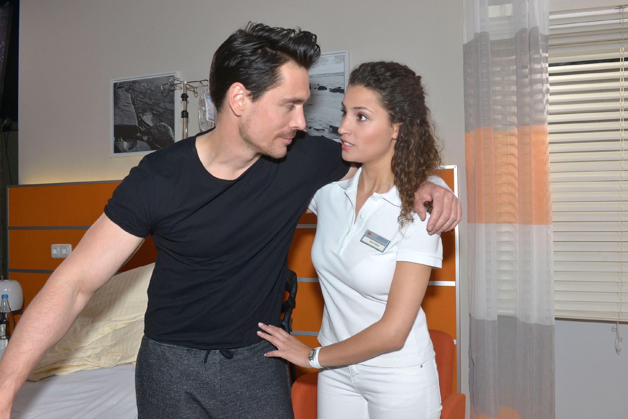 Ayla (Nadine Menz) ist nervös, als sie nach Davids (Philipp Christopher) OP wieder seine Physiotherapie übernimmt, da sie sich immer noch körperlich zu ihm hingezogen fühlt. (Quelle: RTL / Rolf Baumgartner)