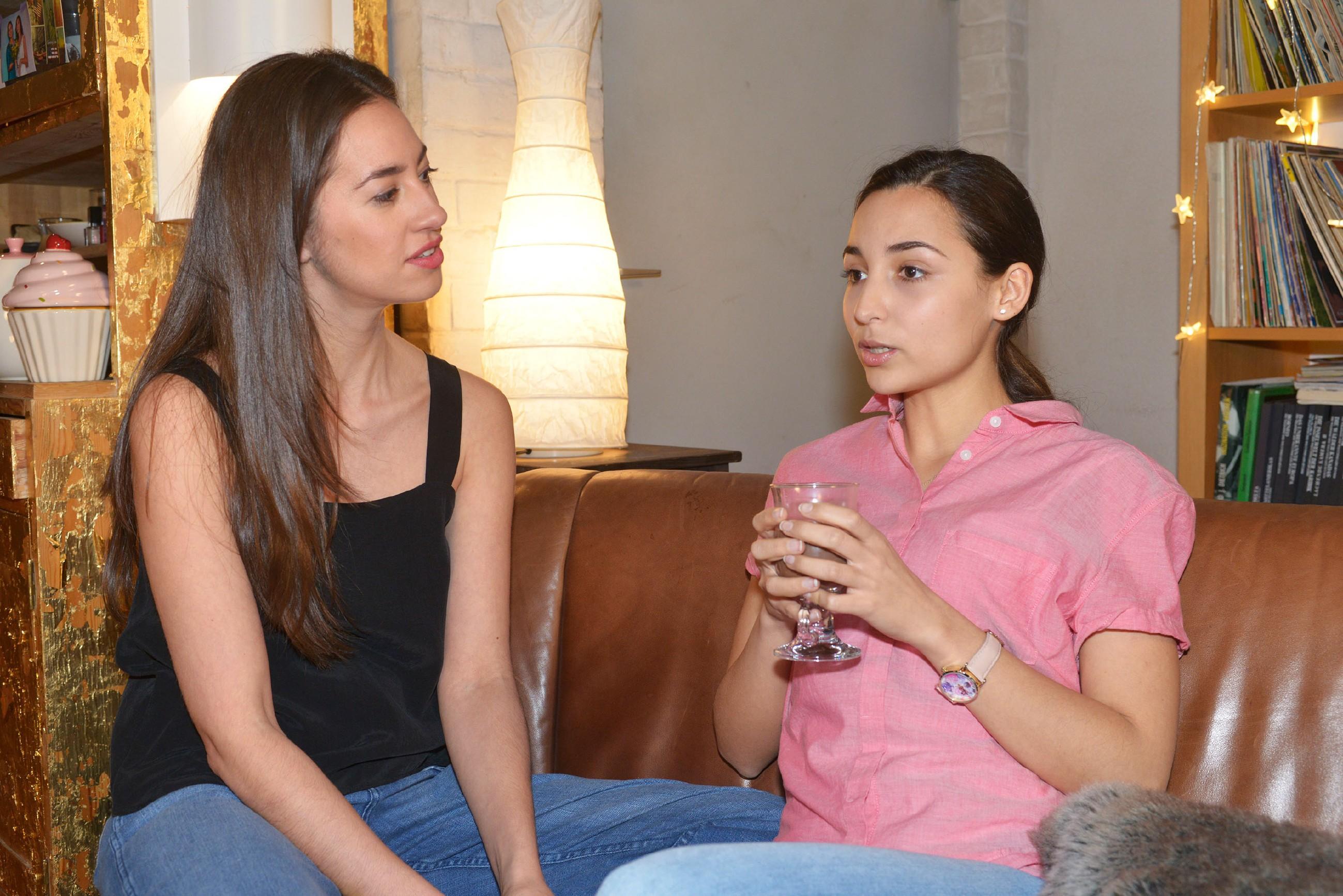 """Selma (Rona Özkan, r.) vertraut Elena (Elena Garcia Gerlach) an, dass sie sicher ist, dass Jonas der Richtige für ihr """"erstes Mal"""" ist. (Quelle: RTL / Rolf Baumgartner)"""