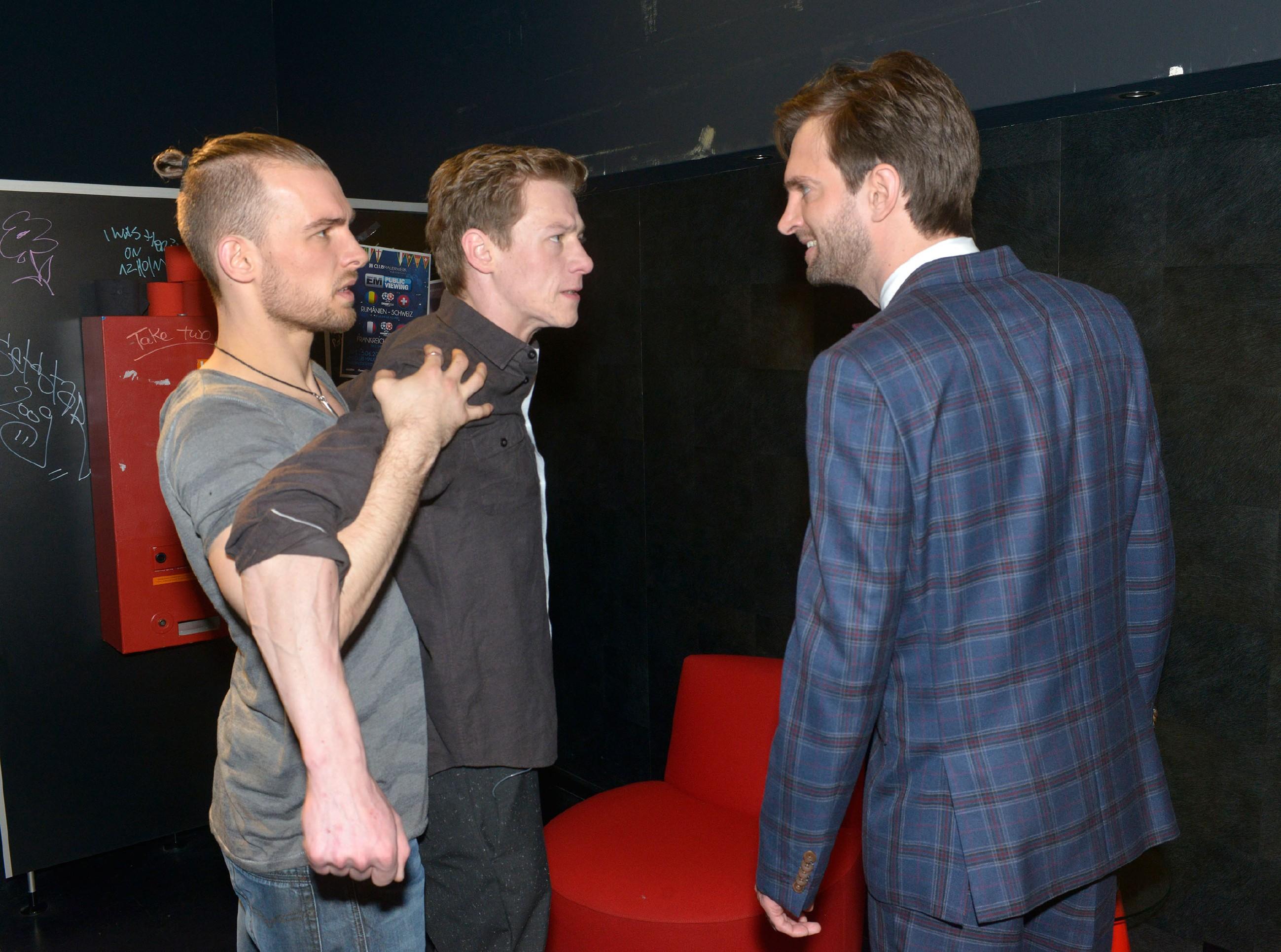 Chris (Eric Stehfest, l.) kann Vince (Vincent Krüger, M.) gerade noch zurückhalten, als der in seiner Wut auf Julius (Benjamin Bieber) losgeht...