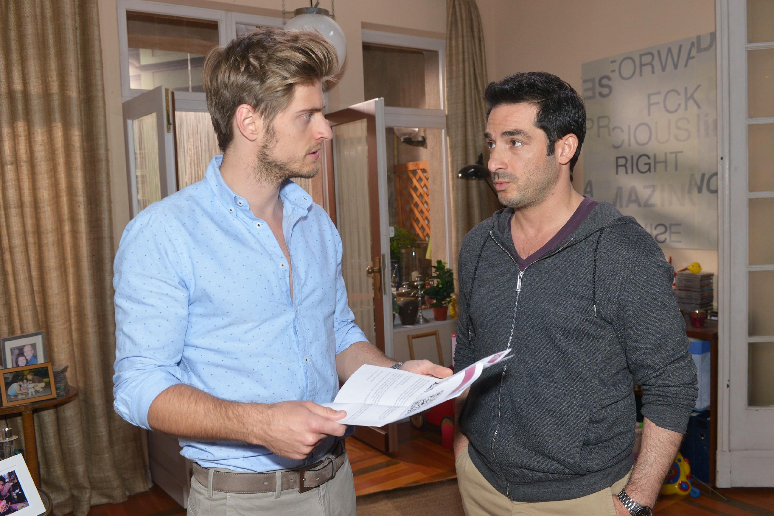 Tayfun (Tayfun Baydar, r.) überrascht Philip (Jörn Schlönvoigt) mit seinem Entschluss, dass er die Stadt und Emily heimlich verlassen will. (Quelle: RTL / Rolf Baumgartner)