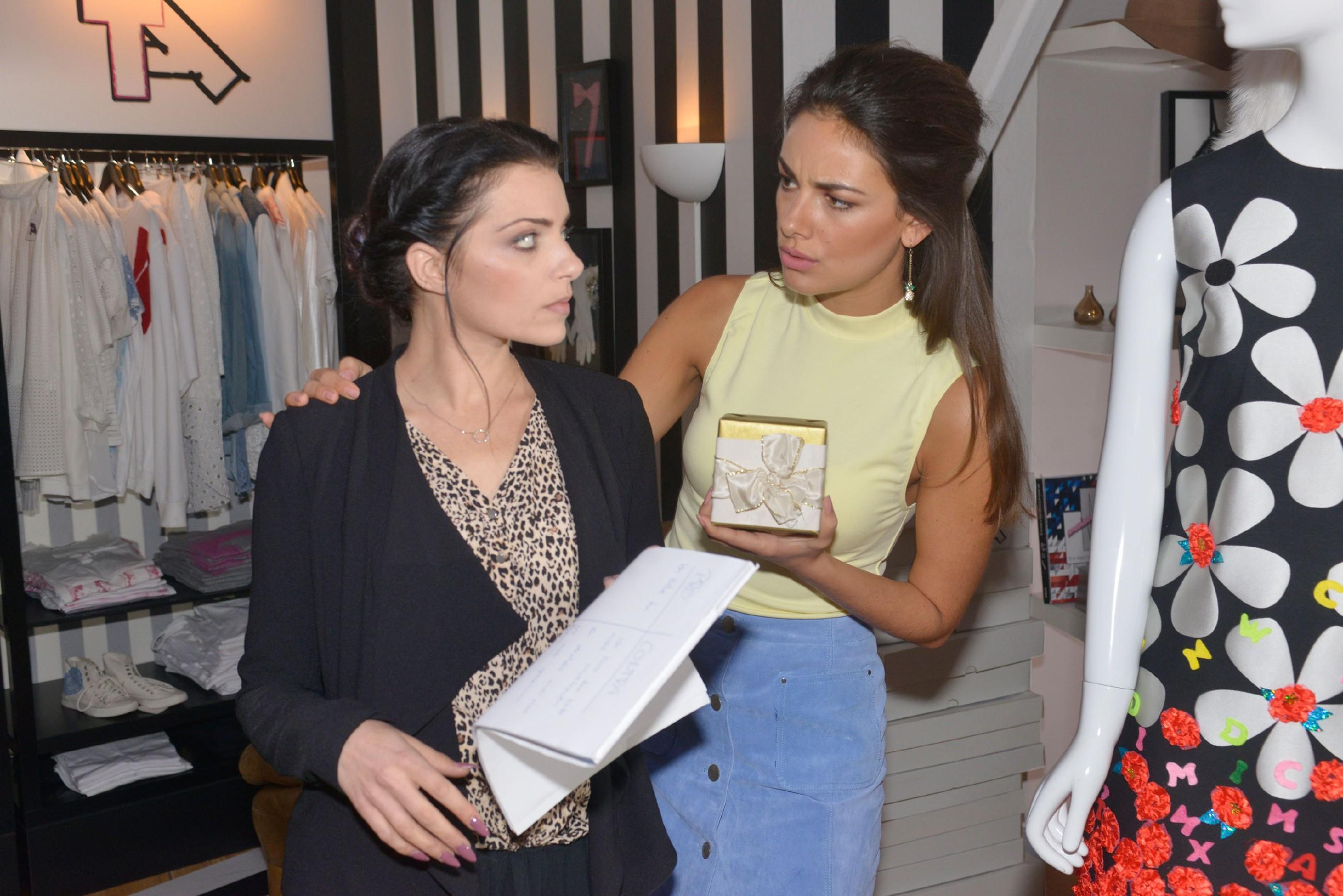 Emily (Anne Menden, l.) lässt ihren Frust wegen Tayfun an Jasmin (Janina Uhse) aus. (Quelle: RTL / Rolf Baumgartner)
