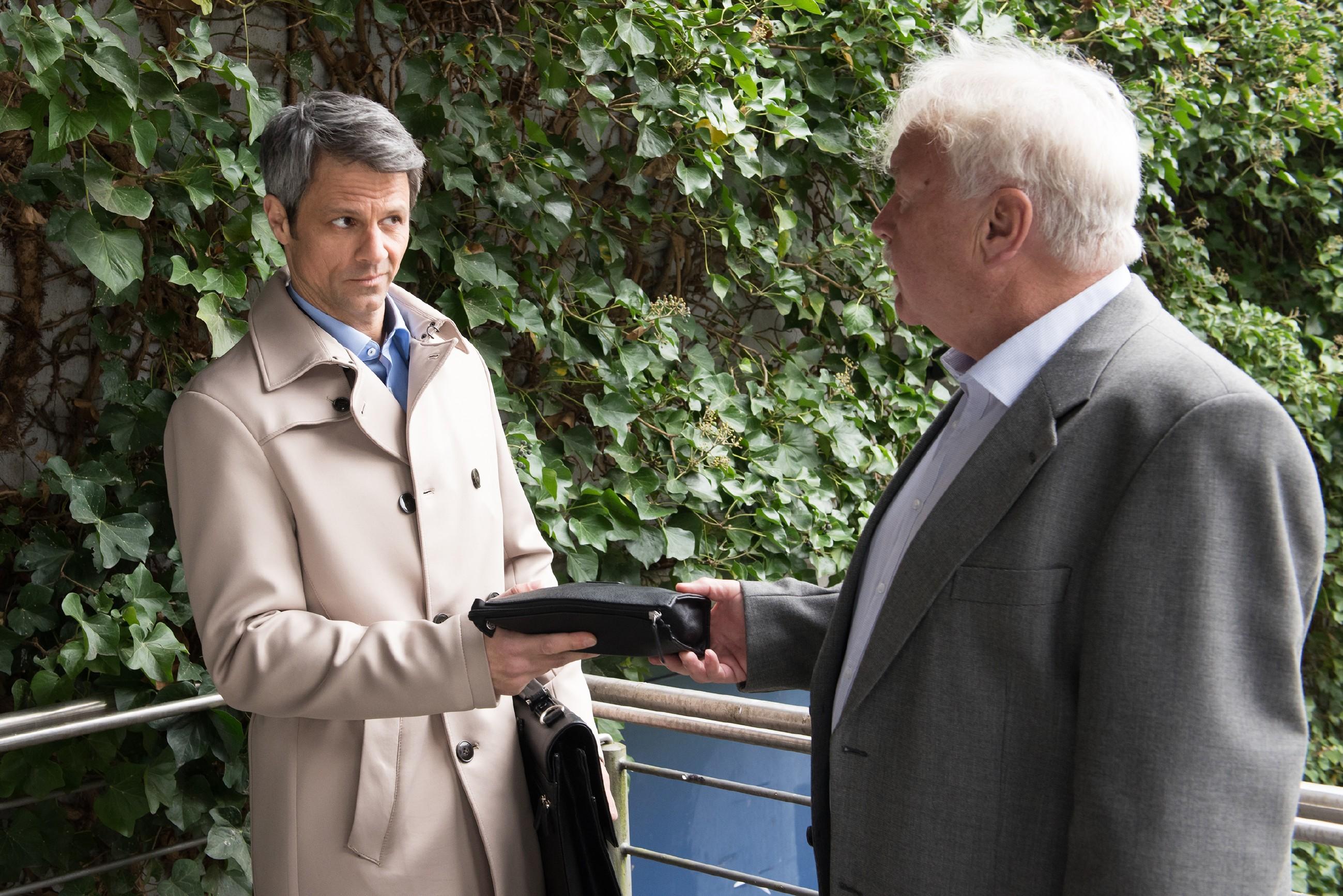 Benedikt (Jens Hajek, l.) kann sein Projekt mit Werner Paffrath (Ludwig Hansmann) mittels Bestechungsgeld retten. (Quelle: RTL / Stefan Behrens)