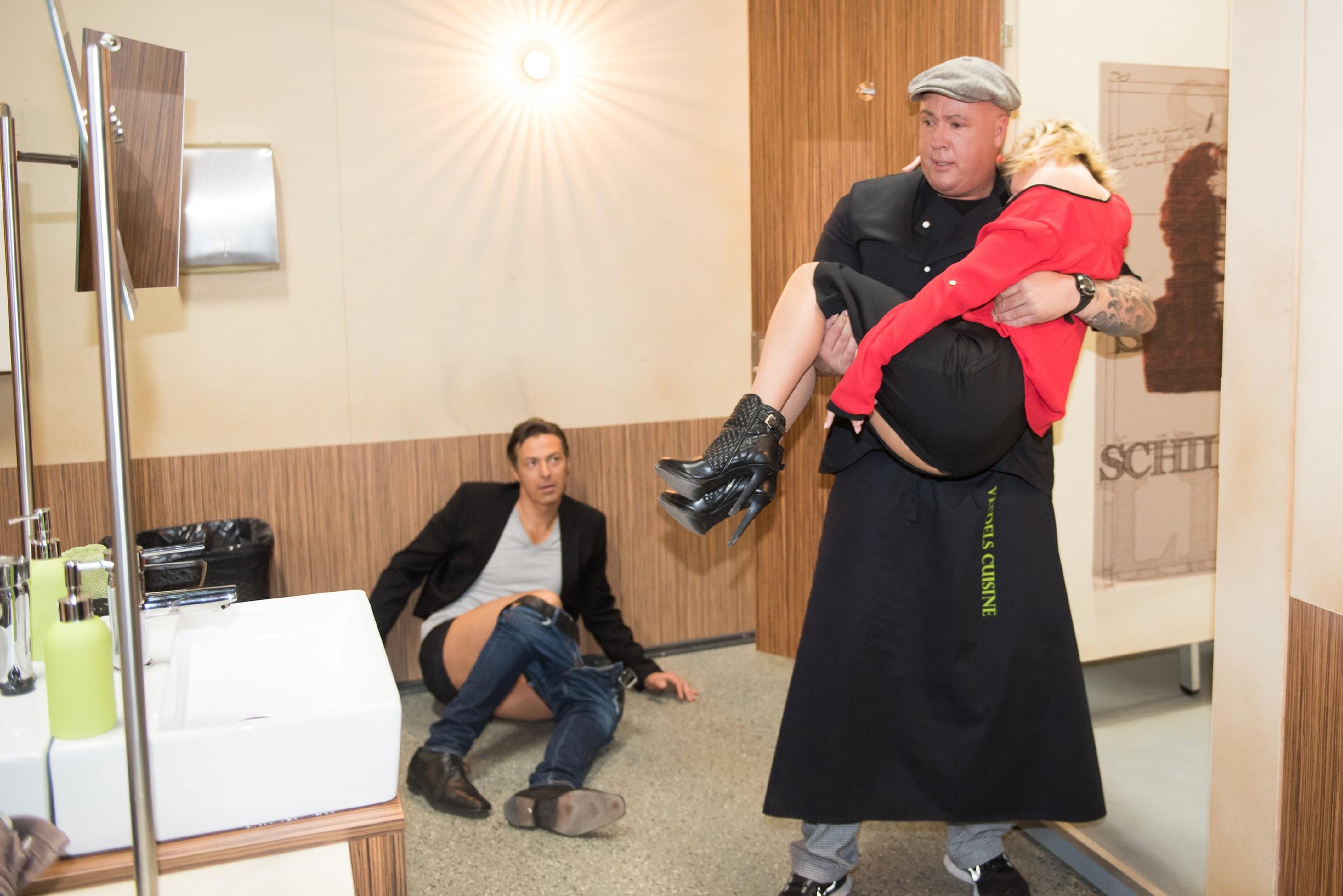 Roger (Ramon Ademes, r.) bewahrt Ute (Isabell Hertel) während ihres Blackouts vor einer Vergewaltigung durch ihr Knista-Date Carsten (Lars Jörmann). (Quelle: RTL / Stefan Behrens)