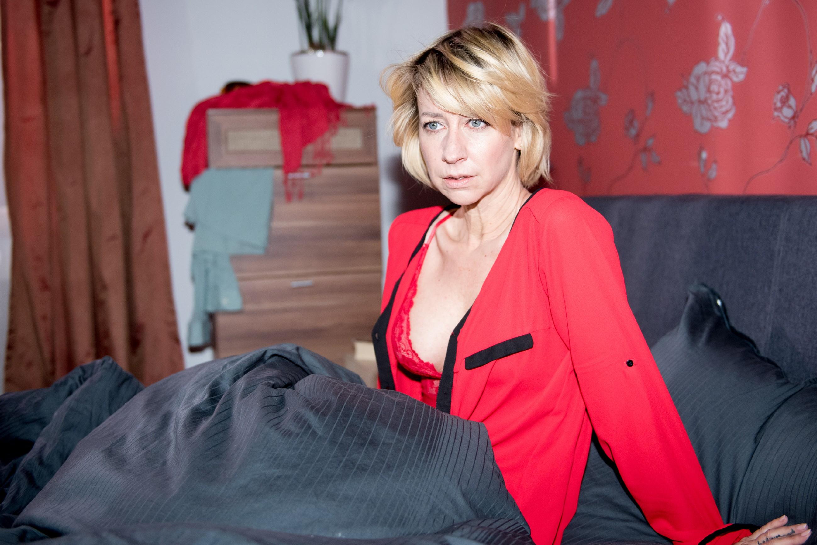 Ute (Isabell Hertel) wacht orientierungslos in ihrem Bett auf und befürchtet schon das Schlimmste... (Quelle: RTL / Stefan Behrens)