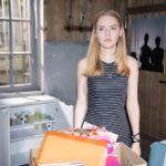 Fiona (Olivia Burkhart) realisiert geschockt, dass ihr geerbtes Geld wirklich verschwunden ist. (Quelle: RTL / Stefan Behrens)