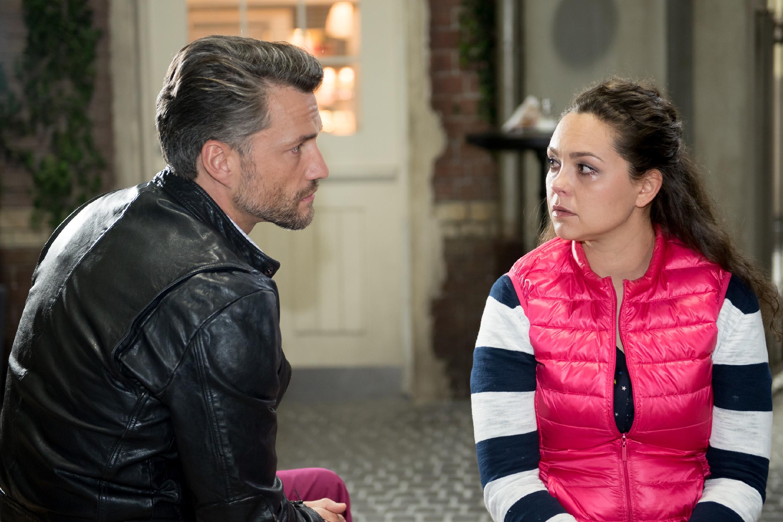 Caro (Ines Kurenbach) offenbart Malte (Stefan Bockelmann) ihre Ängste über einen weiteren Abgang. (Quelle: RTL / Stefan Behrens)
