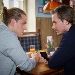 Leo (Julian Bayer, l.) bekommt von Sam (Alexander Milz) das verführerische Angebot, mit Drogendeals das schnelle Geld zu verdienen. (Quelle: RTL / Guido Engels)