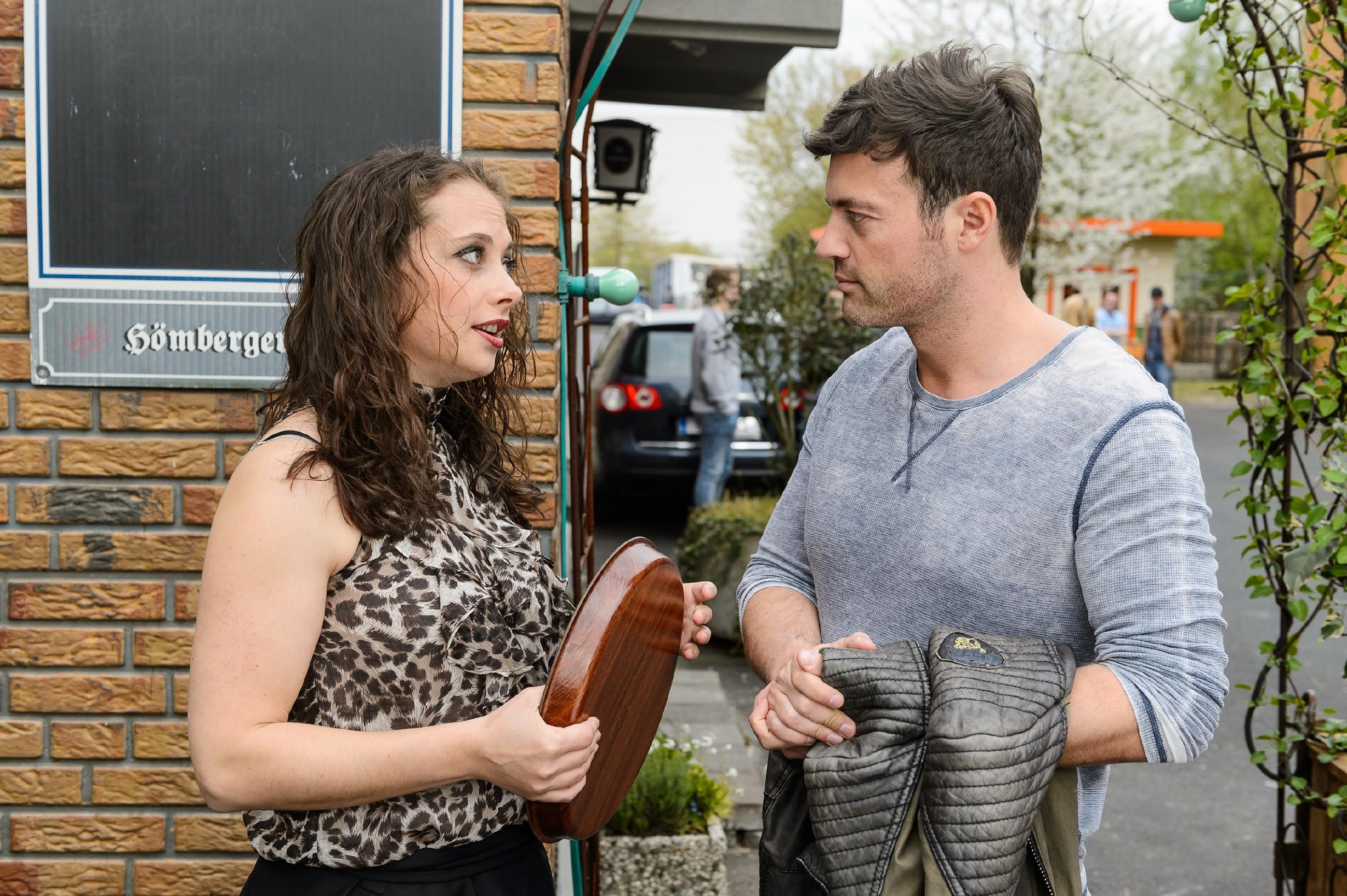 Carmen (Heike Warmuth) kann Ben (Jörg Rohde) davon überzeugen, die Notlüge über ihre Beziehung aufrecht zu erhalten. (Quelle: RTL / Willi Weber)