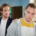 Leo (Julian Bayer, r.) blockt den Vorschlag seines Kumpels Sam (Alexander Milz), mit Drogen zu dealen, entschieden ab. (Quelle: RTL / Guido Engels)