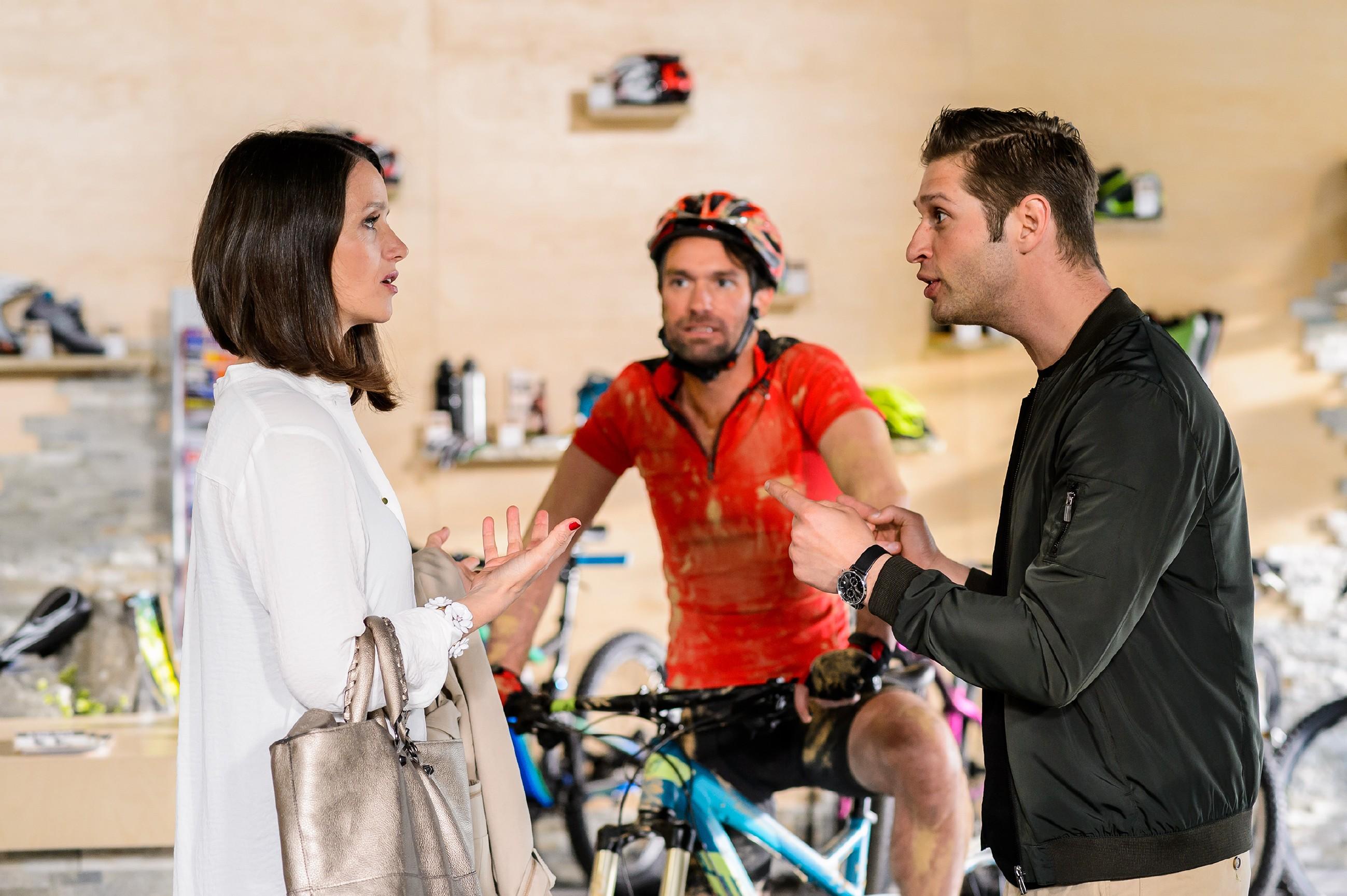 Während Jenny (Kaja Schmidt-Tychsen) und Deniz (Igor Dolgatschew, r.) nur schwerlich eine Einigung bei ihrem Konzept finden, berichtet Thomas (Daniel Brockhaus) begeistert von einer Mountainbike-Tour. (Quelle: RTL / Willi Weber)