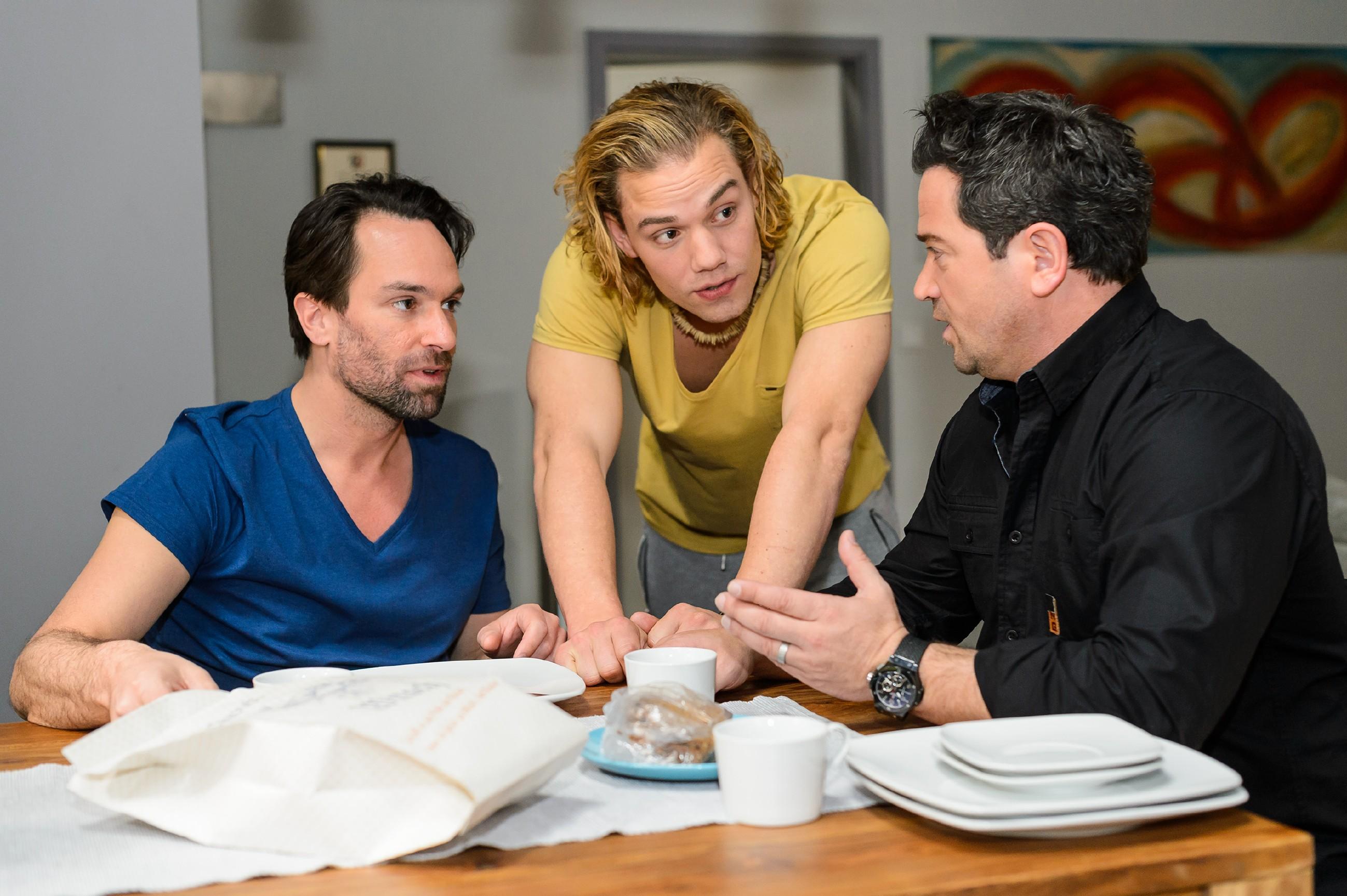 Marian (Sam Eisenstein, r.) hat einen guten Start in seiner Jungs-WG mit Thomas (Daniel Brockhaus, l.) und Leo (Julian Bayer). (Quelle: RTL / Willi Weber)